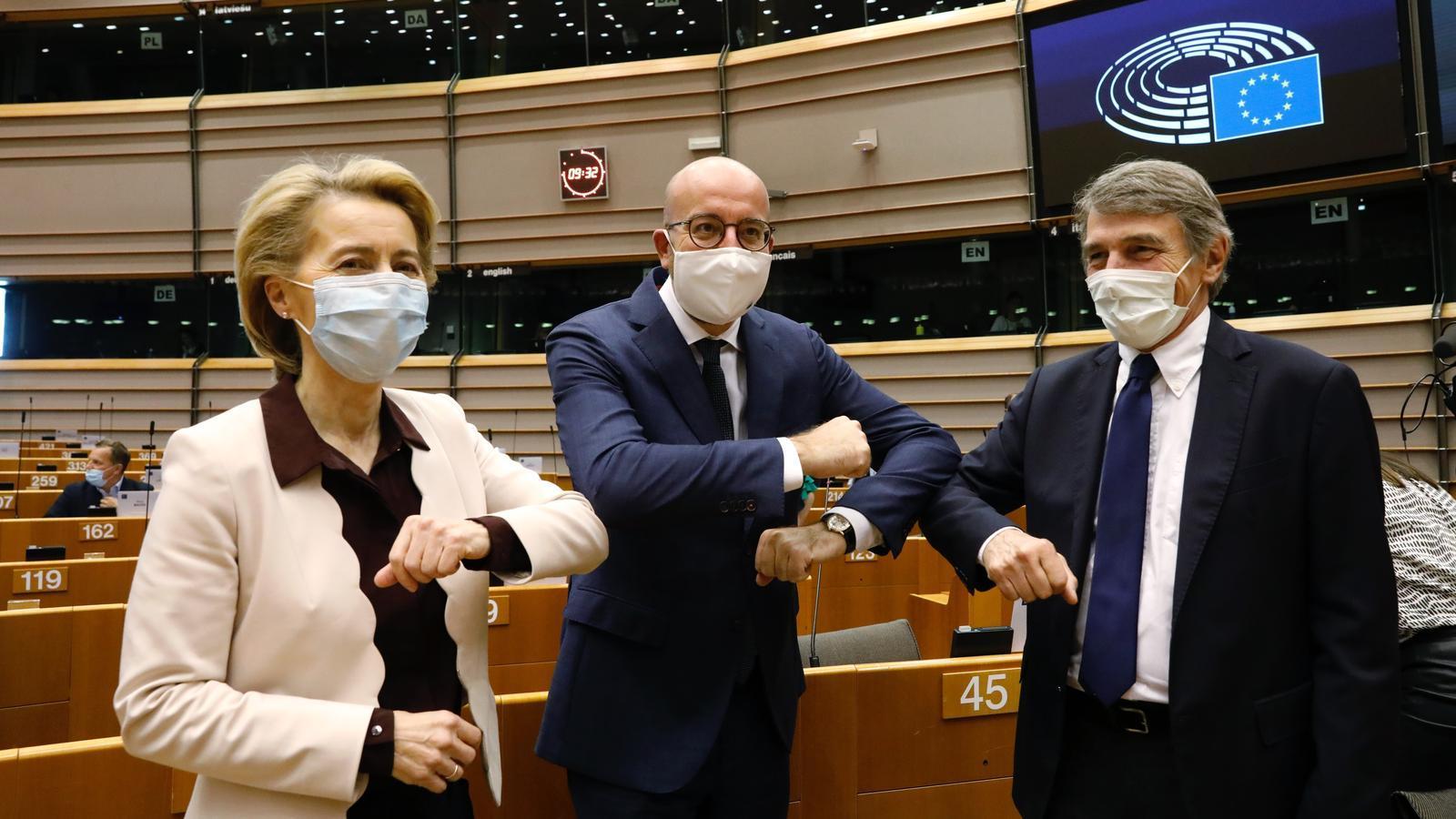 La presidenta de la Comissió Europea, Ursula Von der Leyen, amb el president del Consell, Charles Michel, i el president de l'Eurocambra, David Sassoli.