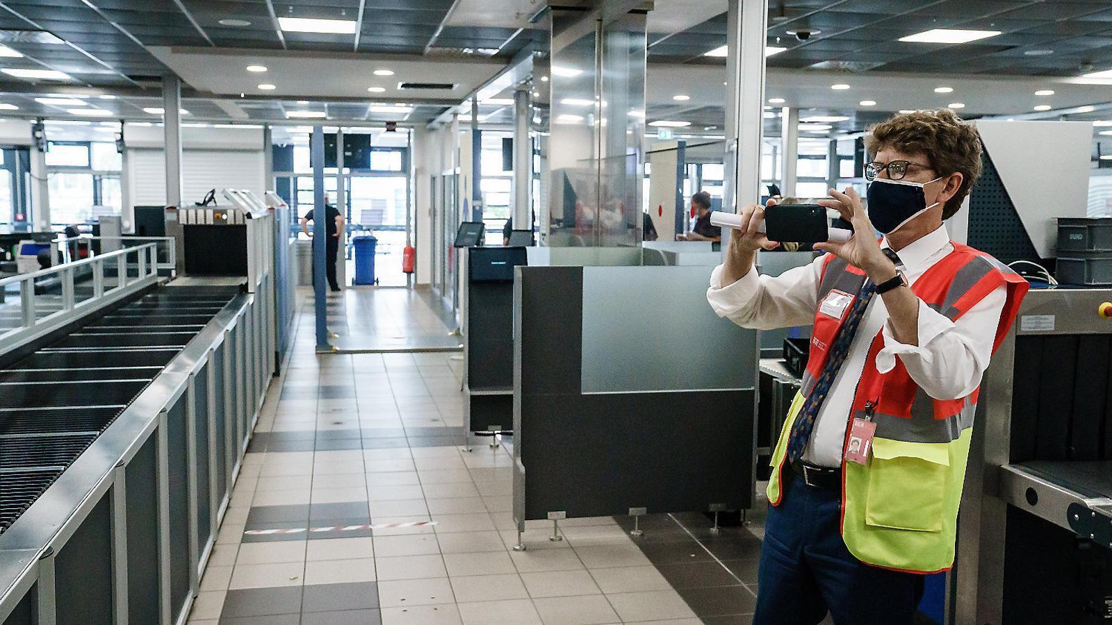 El conseller delegat del nou aeroport, Engelbert Lütke Daldrup, fent una foto a la zona del control de seguretat.