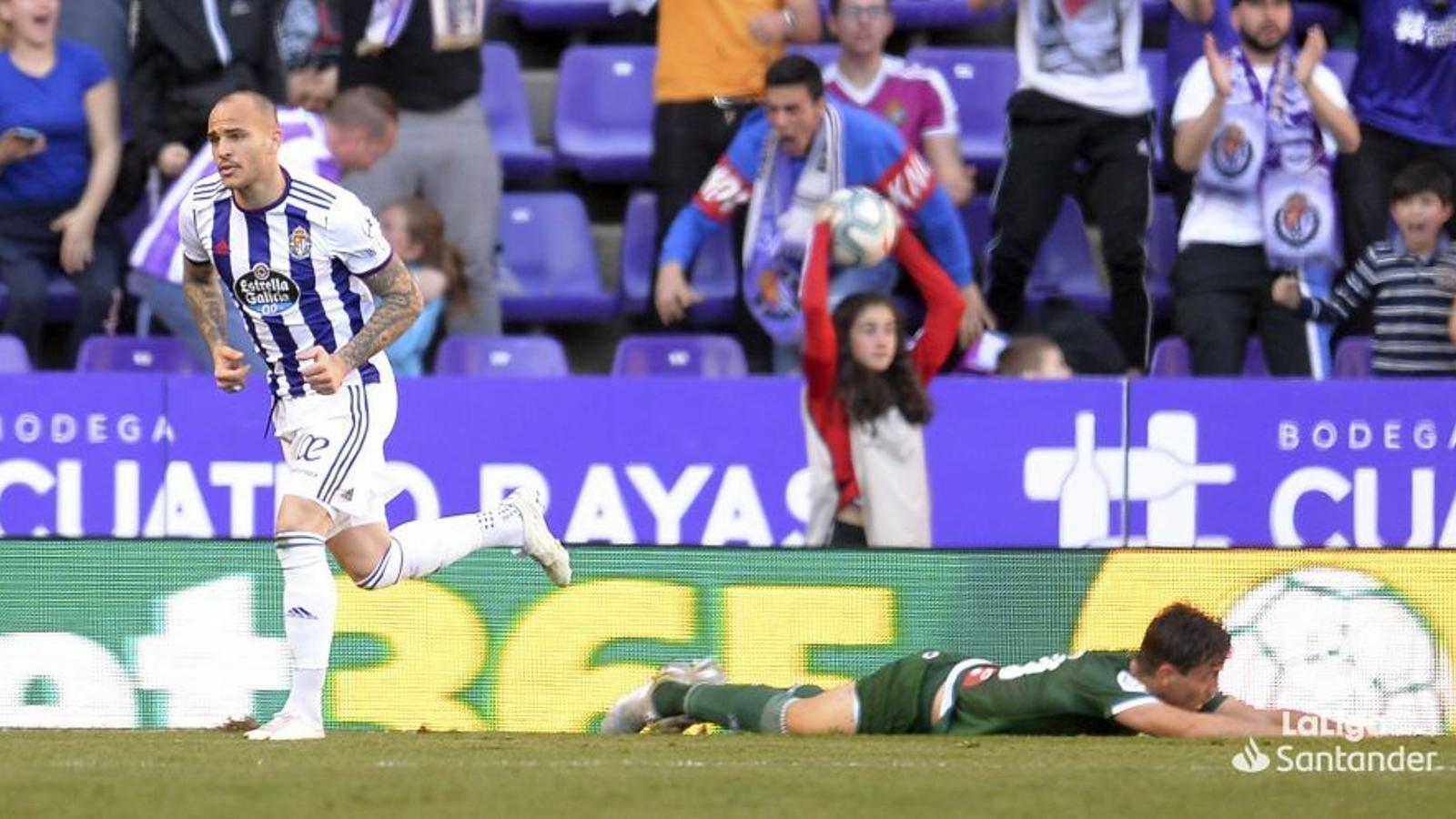 Bernardo, estès sobre la gespa del José Zorrilla mentre Sandro celebra el primer gol del Valladolid