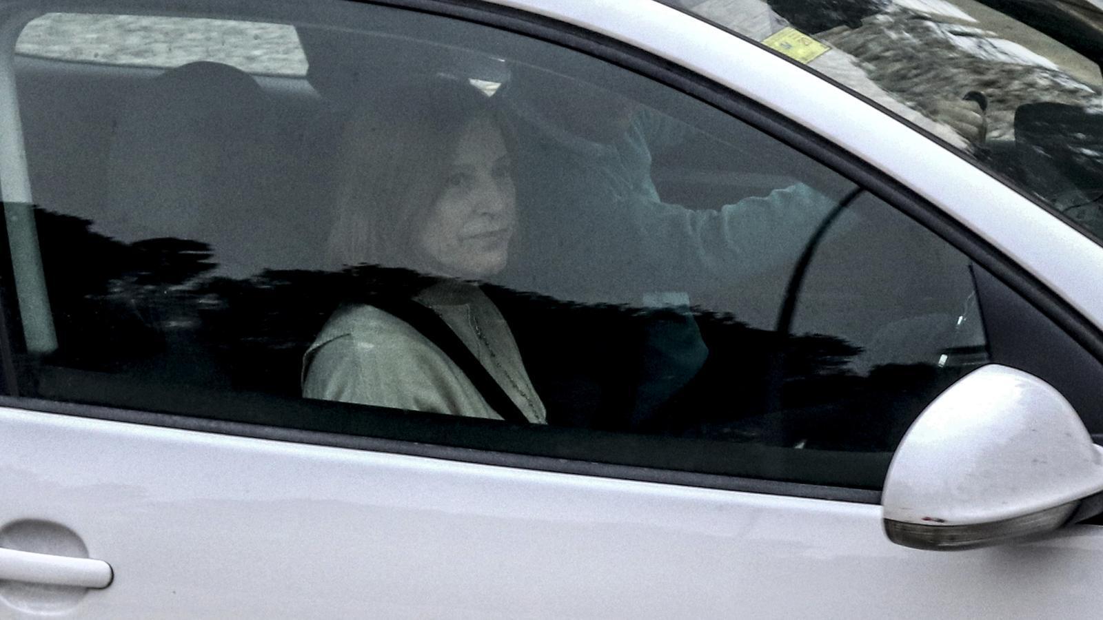 Carme Forcadell, dins del vehicle amb el qual ha sortit de la presó de Mas d'Enric, en el seu primer permís penitenciari
