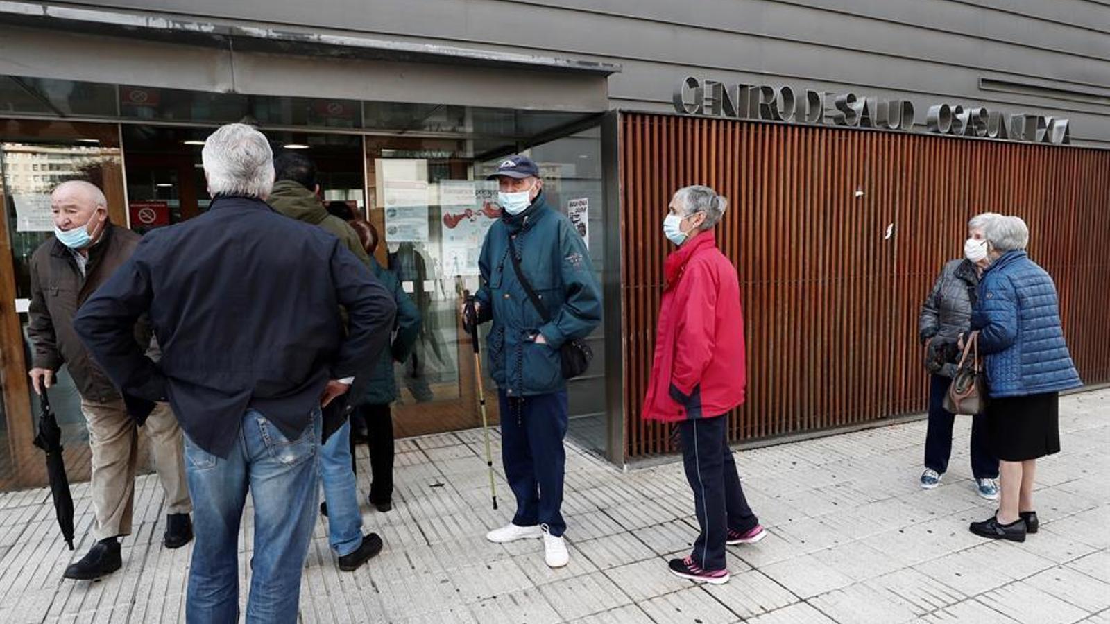 Diverses persones a les portes d'un centre de salut de Pamplona