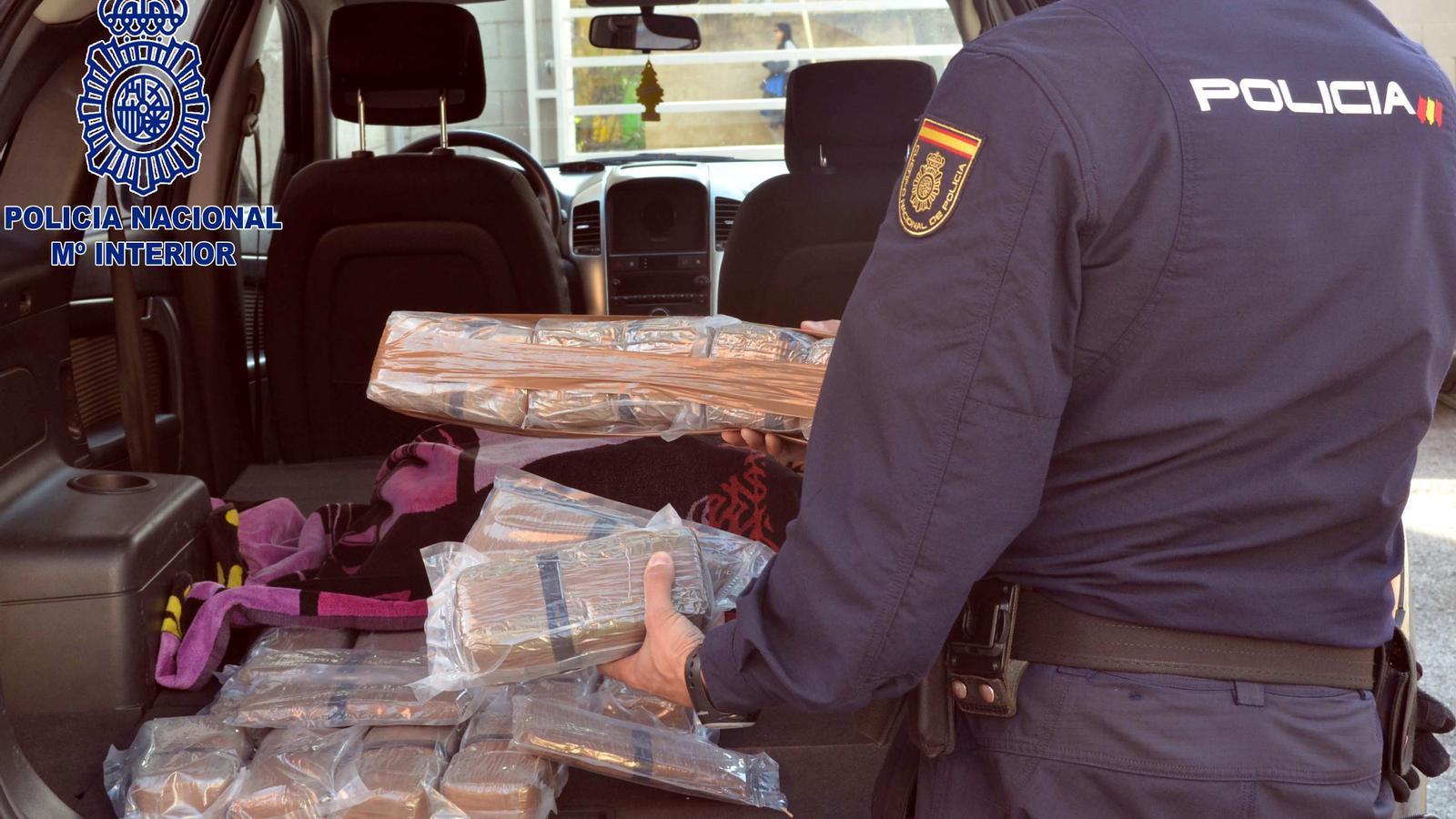 la policia persegueix un cotxe amb 54 quilos de droga. Black Bedroom Furniture Sets. Home Design Ideas