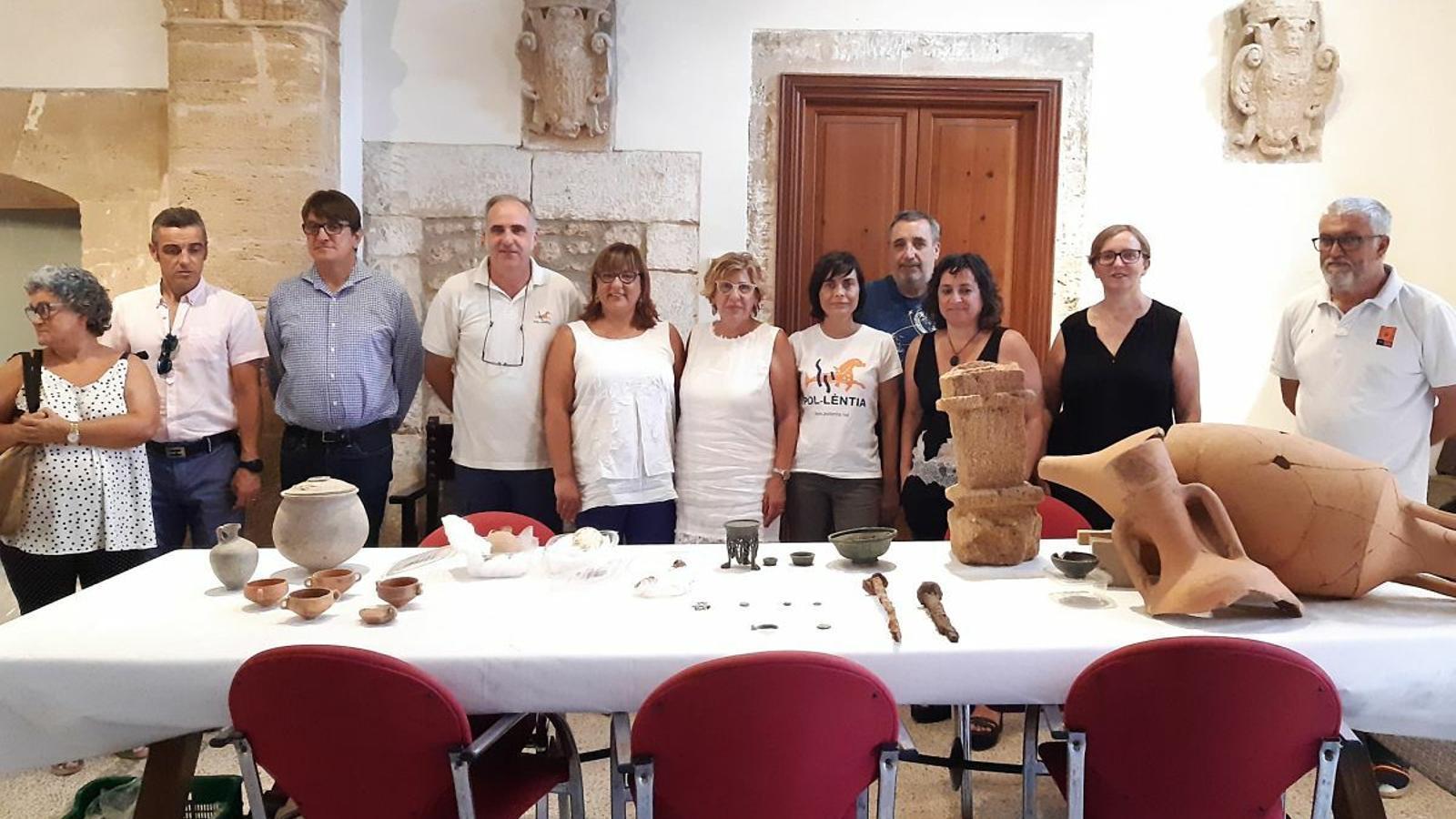 Autoritats i arqueòlegs amb diverses de les peces més importants trobades.