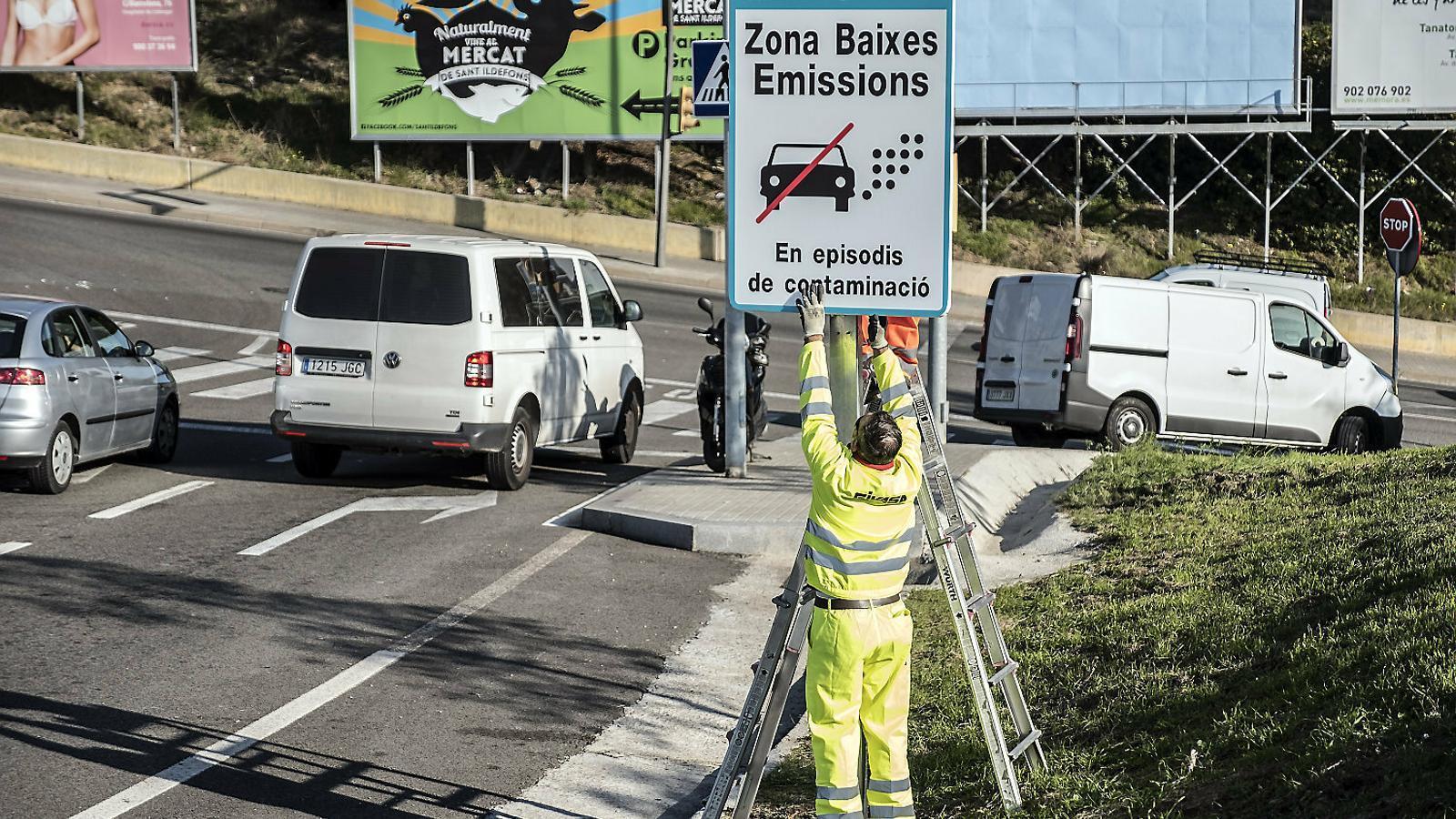 Els vehicles contaminants podran circular per la zona de baixes emissions deu dies a l'any per dos euros al dia