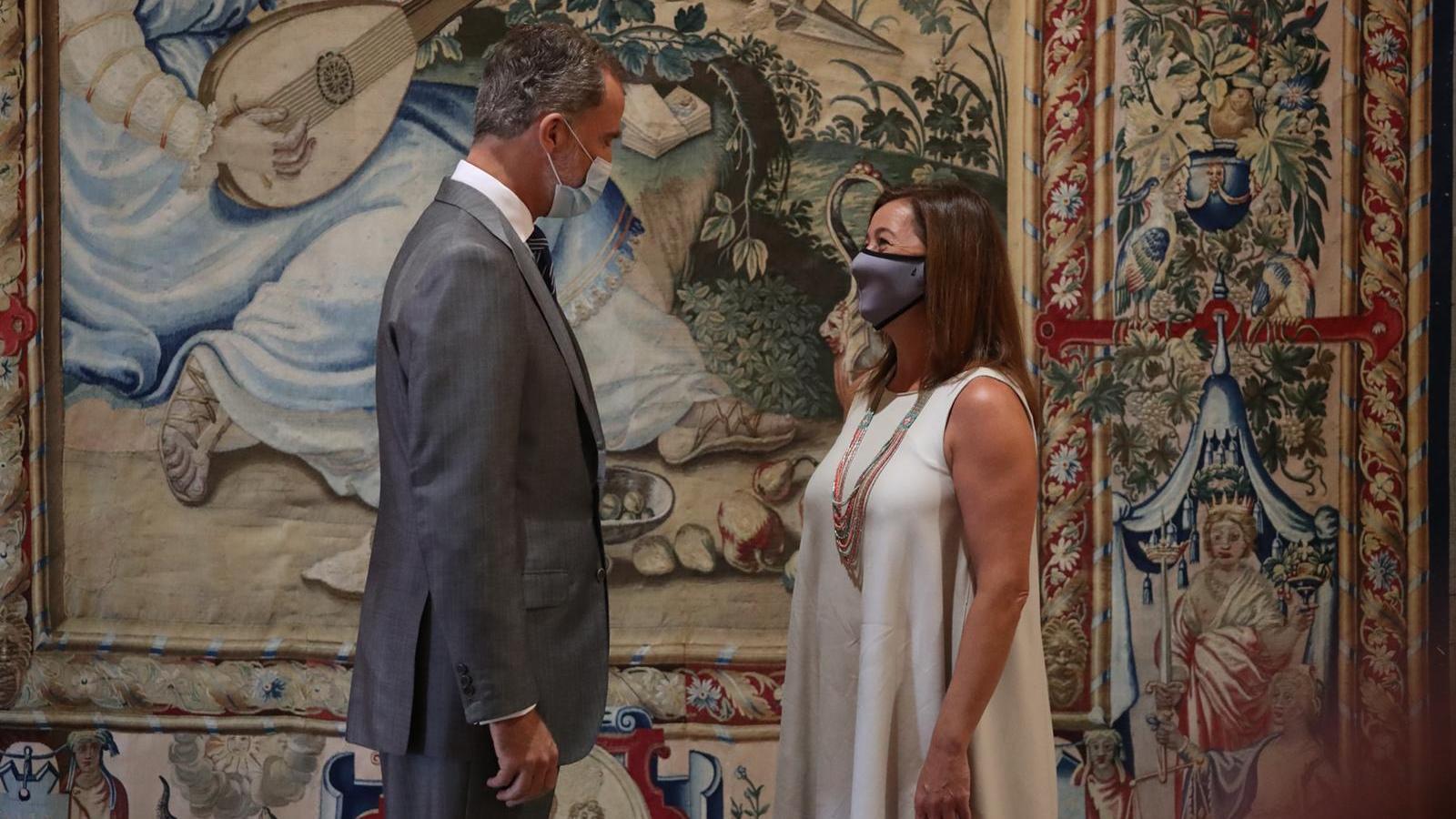 Imatge del rei Felip VI amb la presidenta del Govern balear, Francina Armengol.
