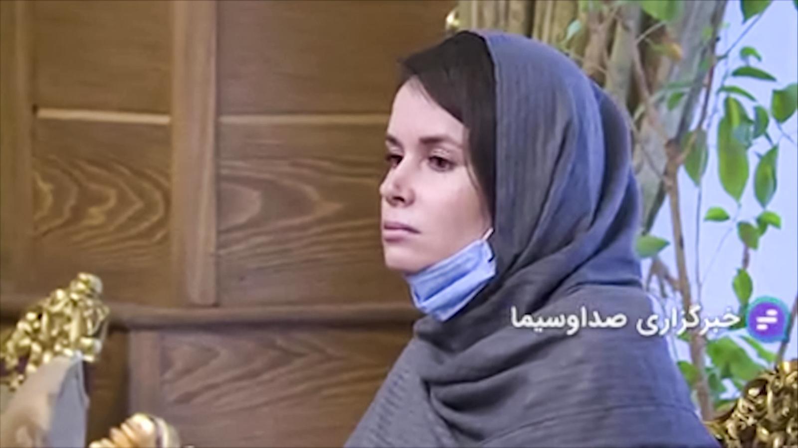 L'acadèmica empresonada a l'Iran, Kylie Moore-Gilbert, en les imatges emeses per la televisió iraniana en el seu alliberament.