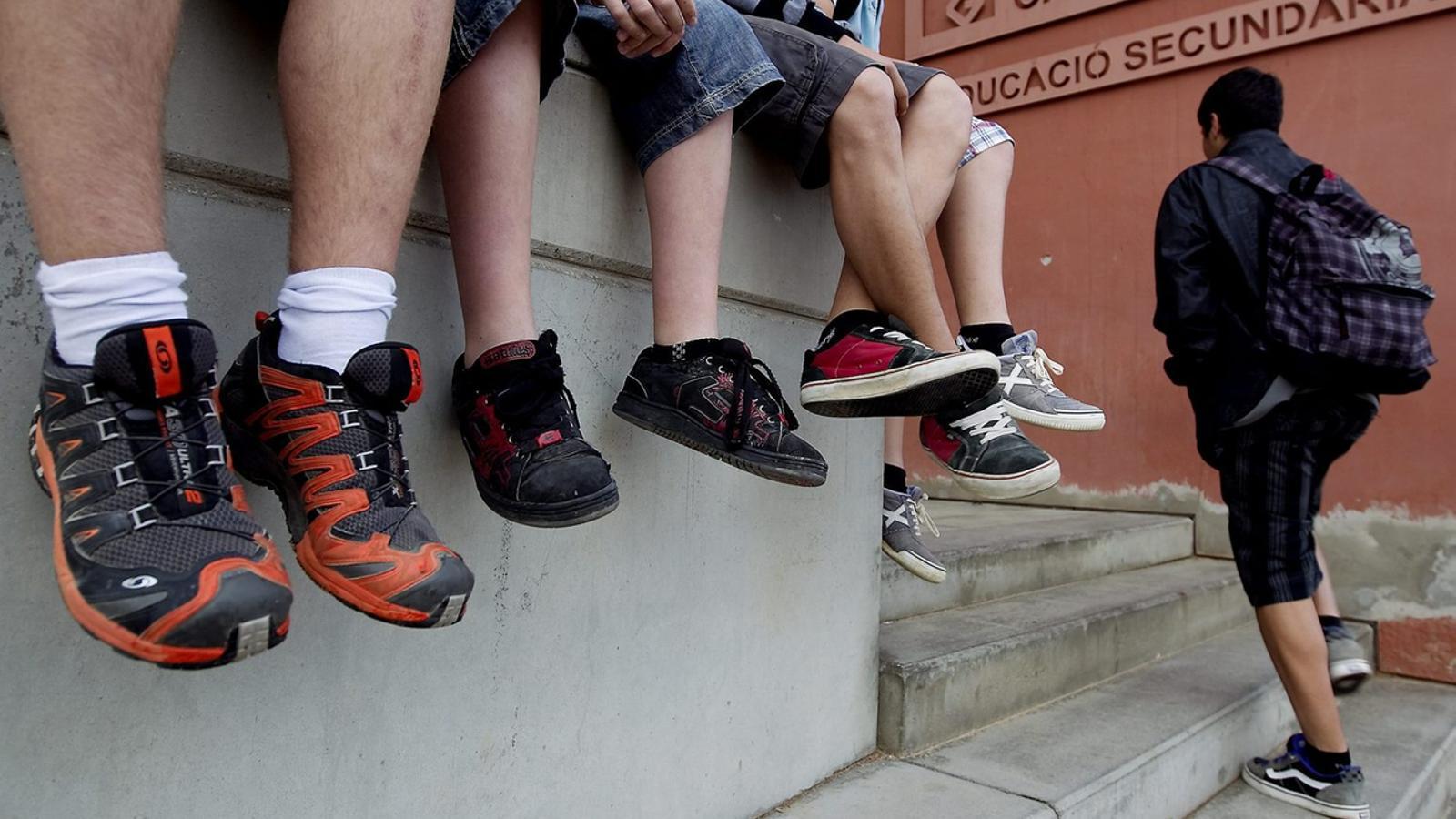 Un grup de joves a un institut de secundària, en una imatge d'arxiu.