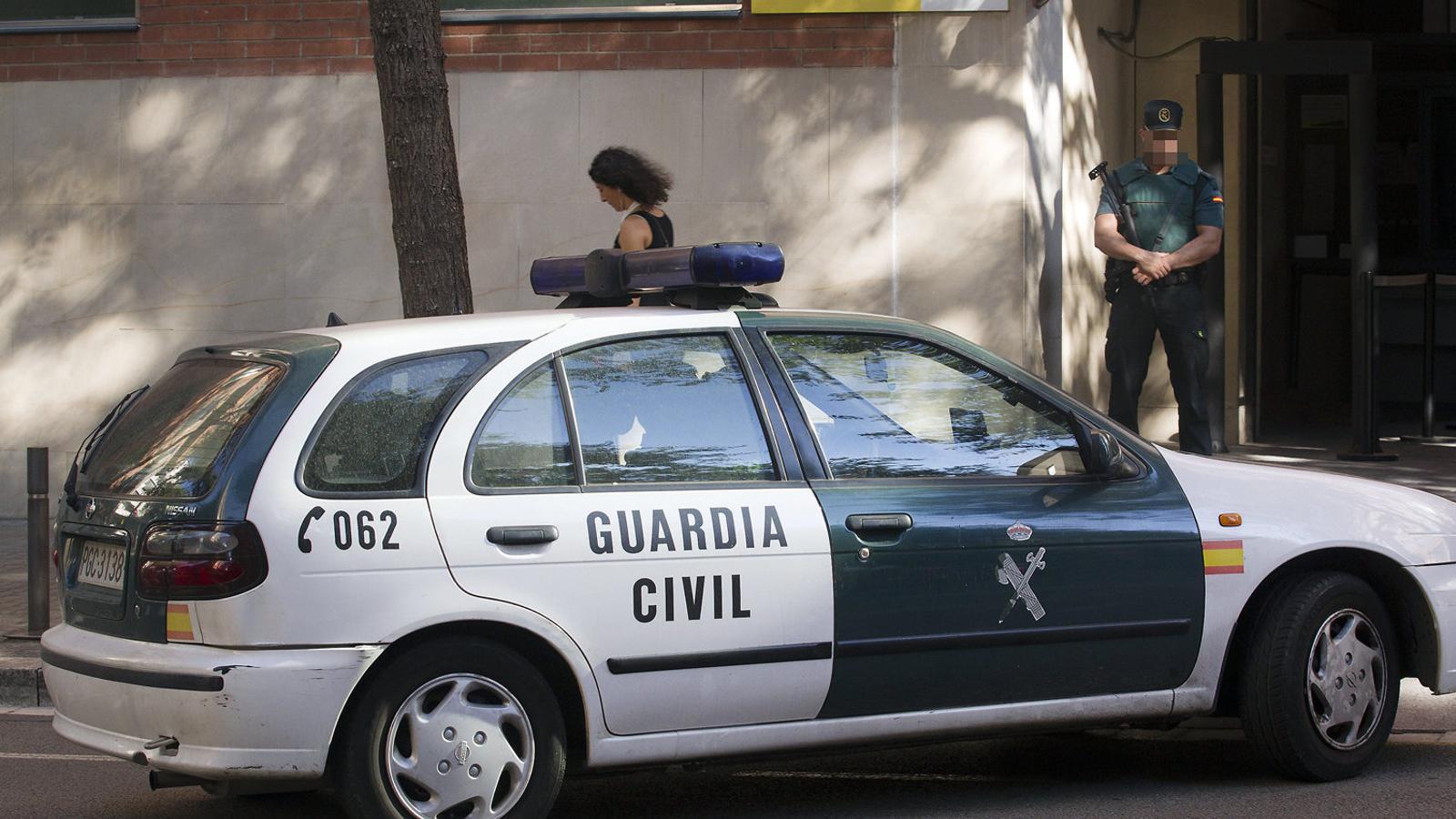 Un agent a les portes de la caserna de la Guàrdia Civil de la Travessera de Gràcia de Barcelona.