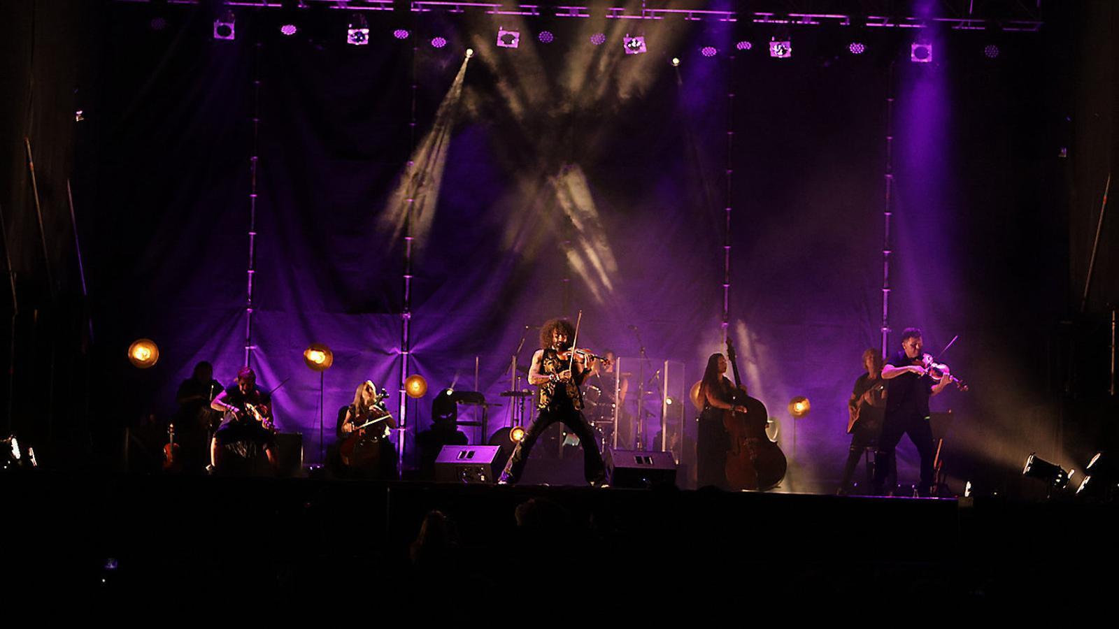 Ara Malikian, durant el concert de dimecres, que forma part de la gira 'The Incredible world tour of violin', en la qual ha actuat en escenaris del Japó, la Xina, Europa i Amèrica, en el marc del Port Adriano Music Festival.