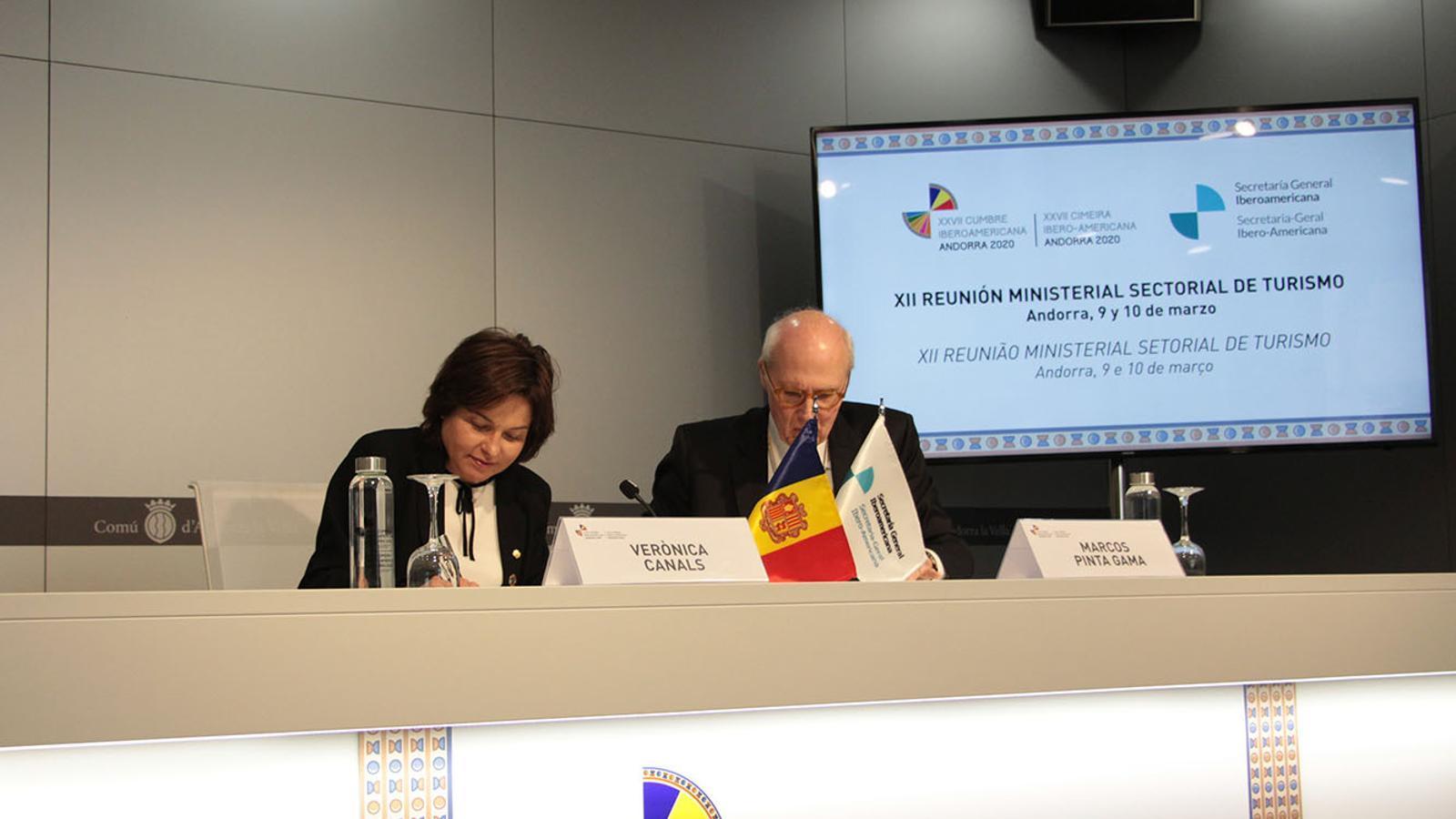 La ministra de Turisme, Verònica Canals, i el secretari adjunt iberoamericà, Marcos Pinta Gama, durant la roda de premsa de balanç de la reunió ministerial. / M. F. (ANA)