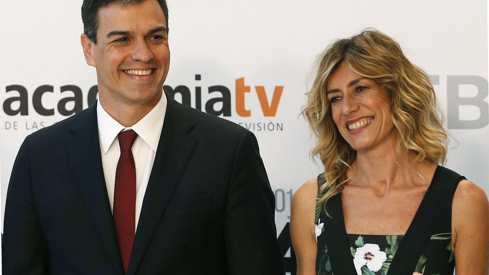 El candidat del PSOE el 26-J, Pedro Sánchez, i la seva dona, Begoña Gómez, abans del debat de candidats