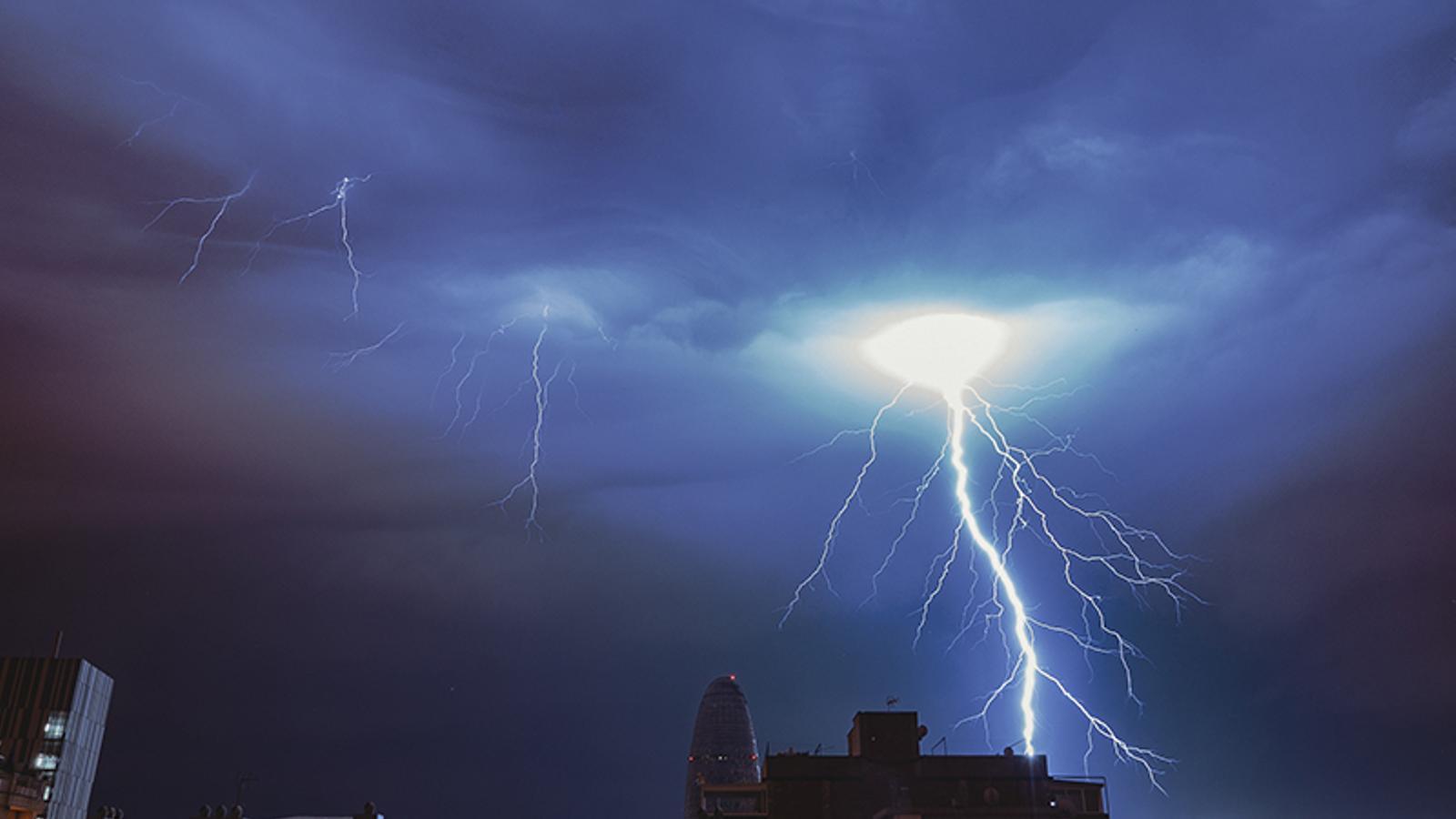Nit de tempesta apocalíptica a Barcelona