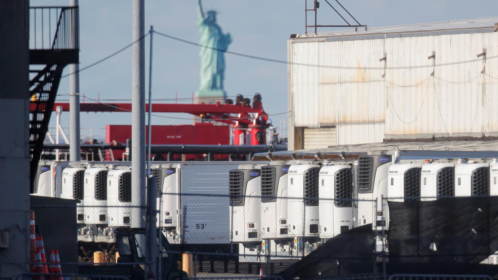 Camions refrigedador amb centenars de cadàvers acumulats pel covid-19 a Nova York.