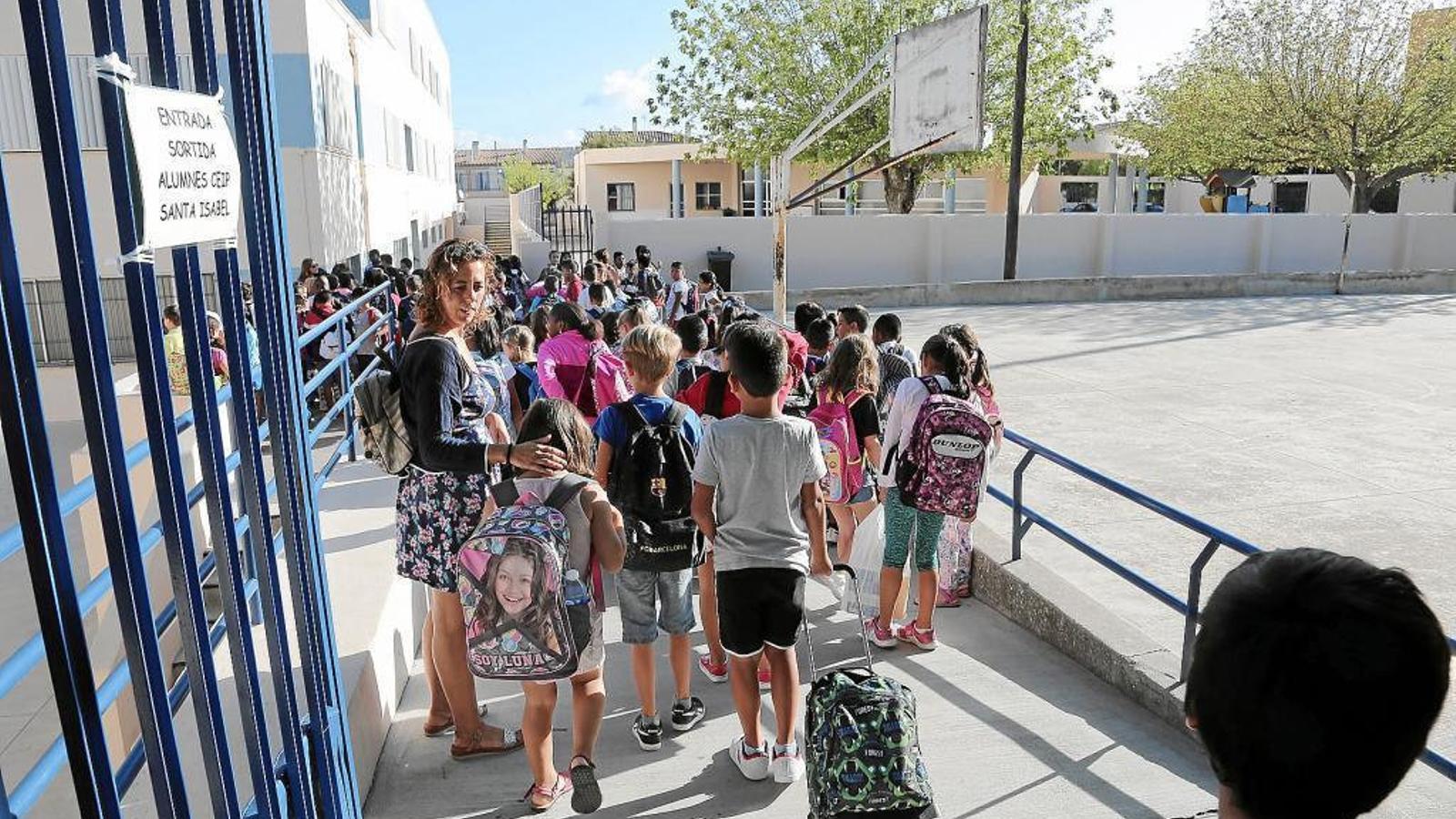 ESCOLA CONCERTADA Els docents reben els alumnes en un dels col·legis de Mallorca.