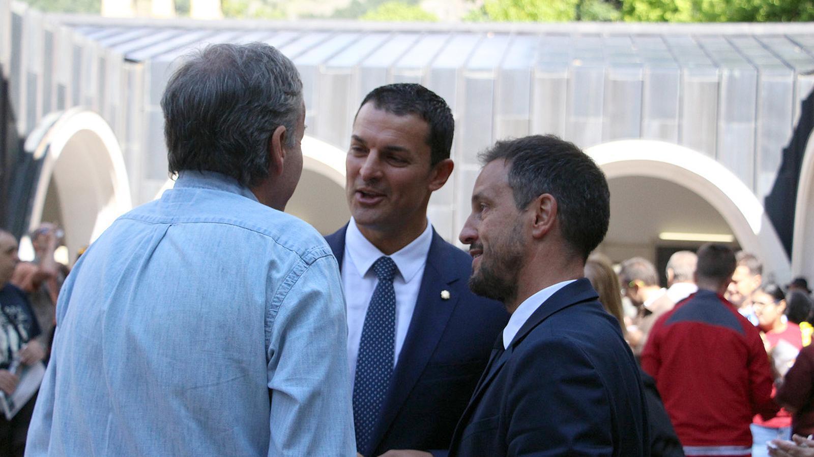 Els consellers liberals i socialdemòcrates respectivament, Jordi Gallardo i Pere López, conversen amb Eusebi Nomen. / C.G. (ANA)