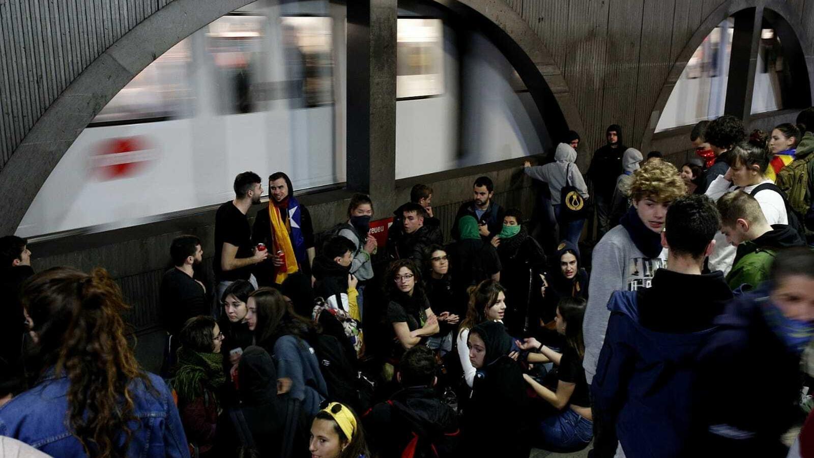 Algunes de les persones que han ocupat les vies de tren de l'estació de plaça Catalunya