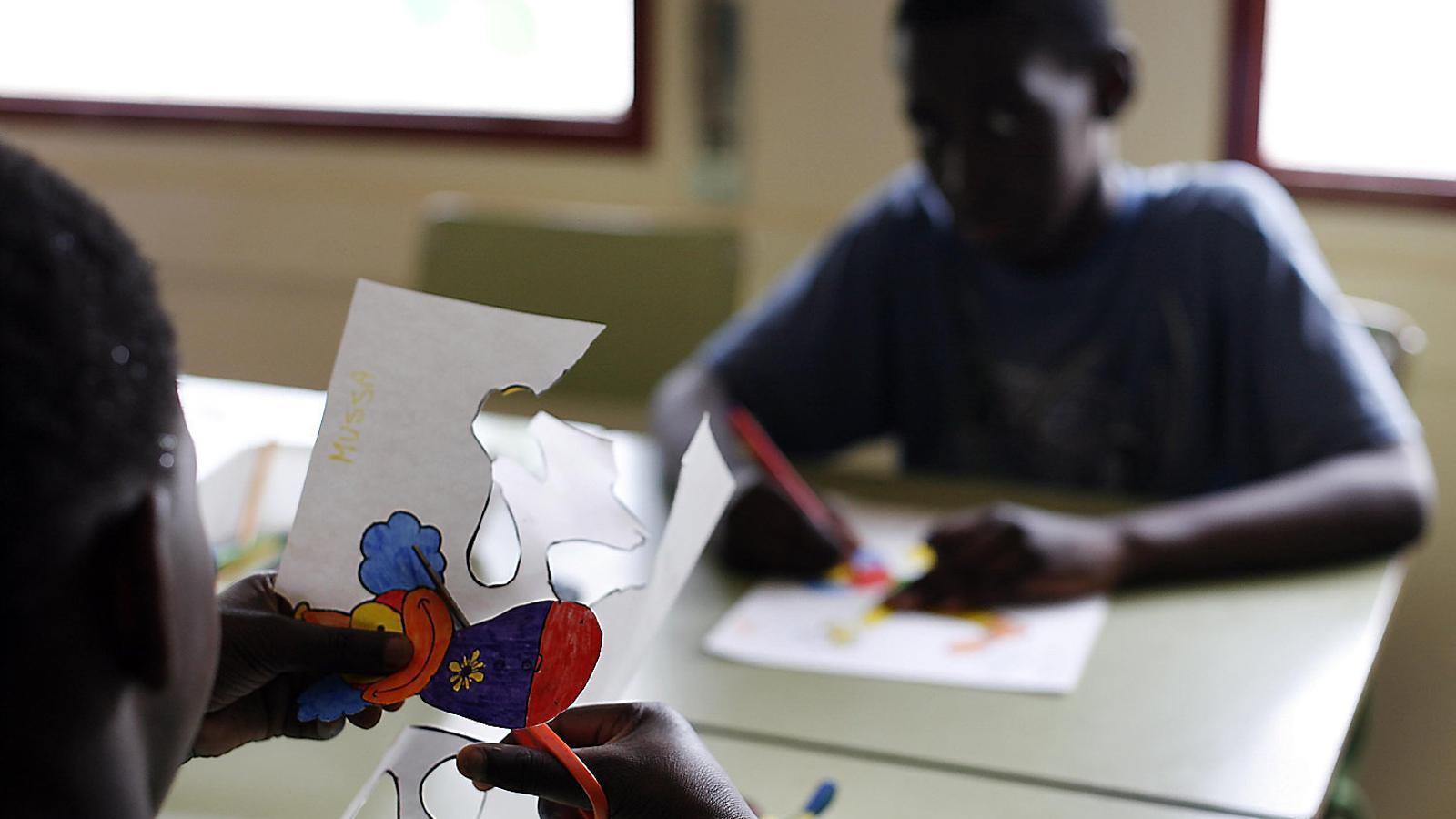 Una alumna retalla una figura per a una activitat a l'aula, en una imatge d'arxiu.