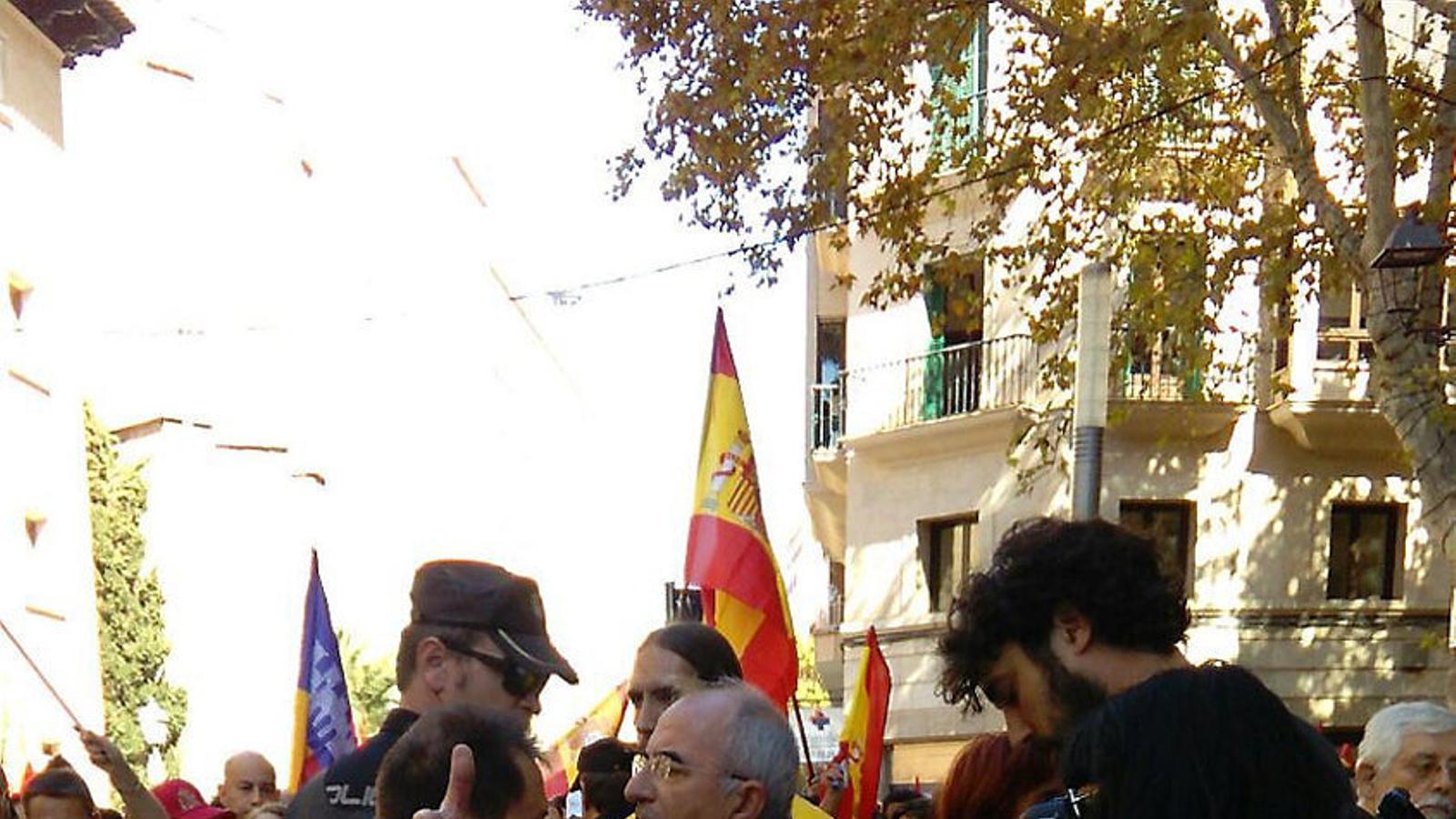 Moment en el qual els manifestants desmunten la paradeta de l'Assemblea Sobiranista.