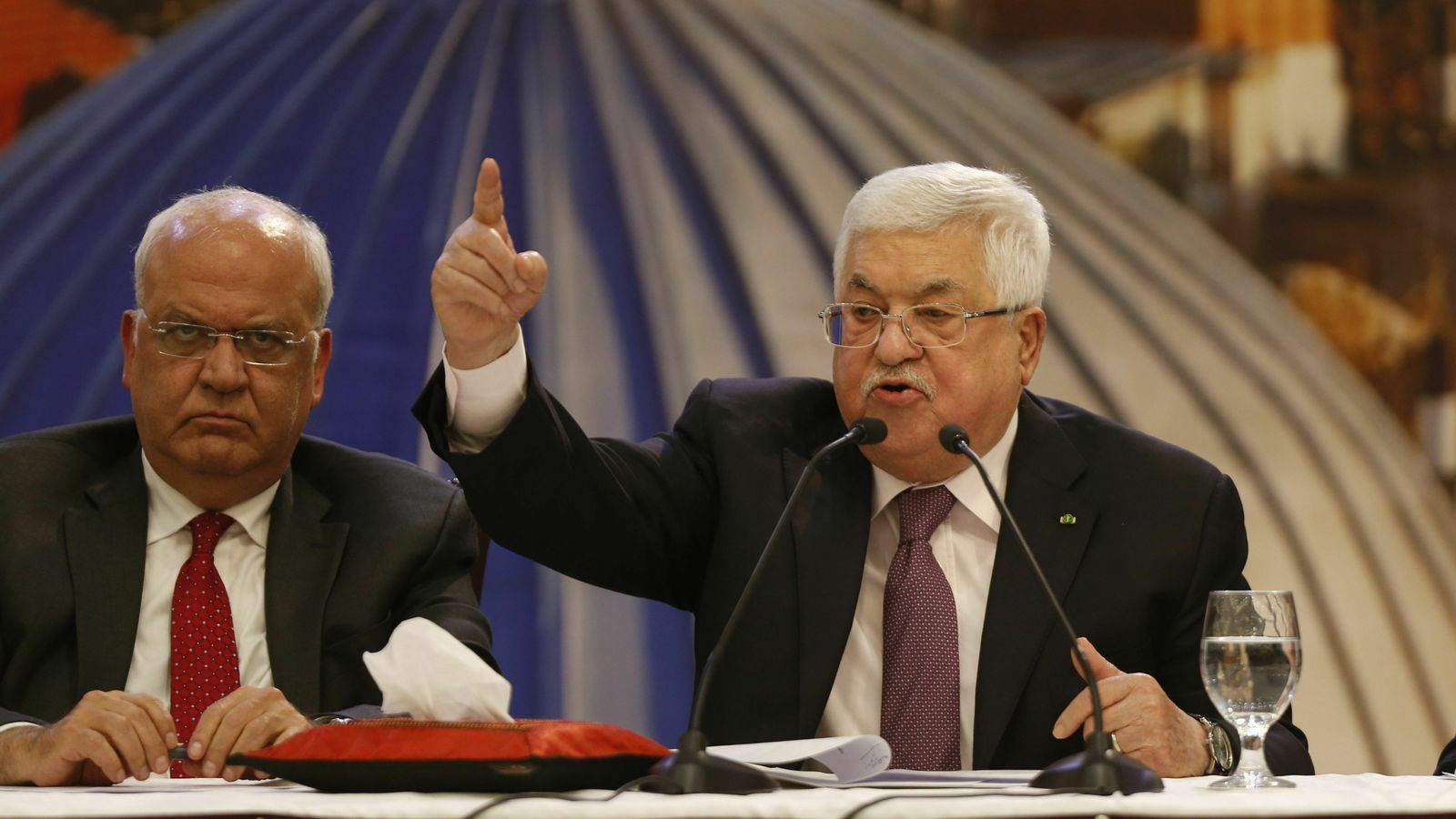 """El president palestí, Mahmud Abbàs, a la dreta, respon al """"pla del segle"""" de Trump durant una cimera a Ramallah."""