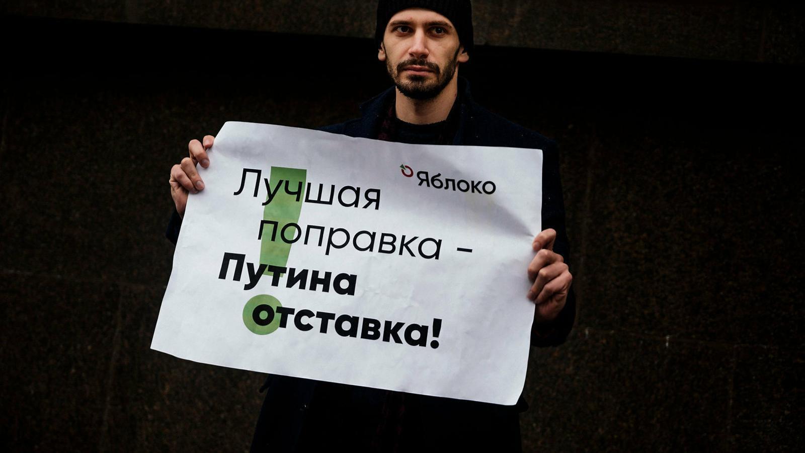Un home amb una pancarta en una manifestació opositora a Moscou.