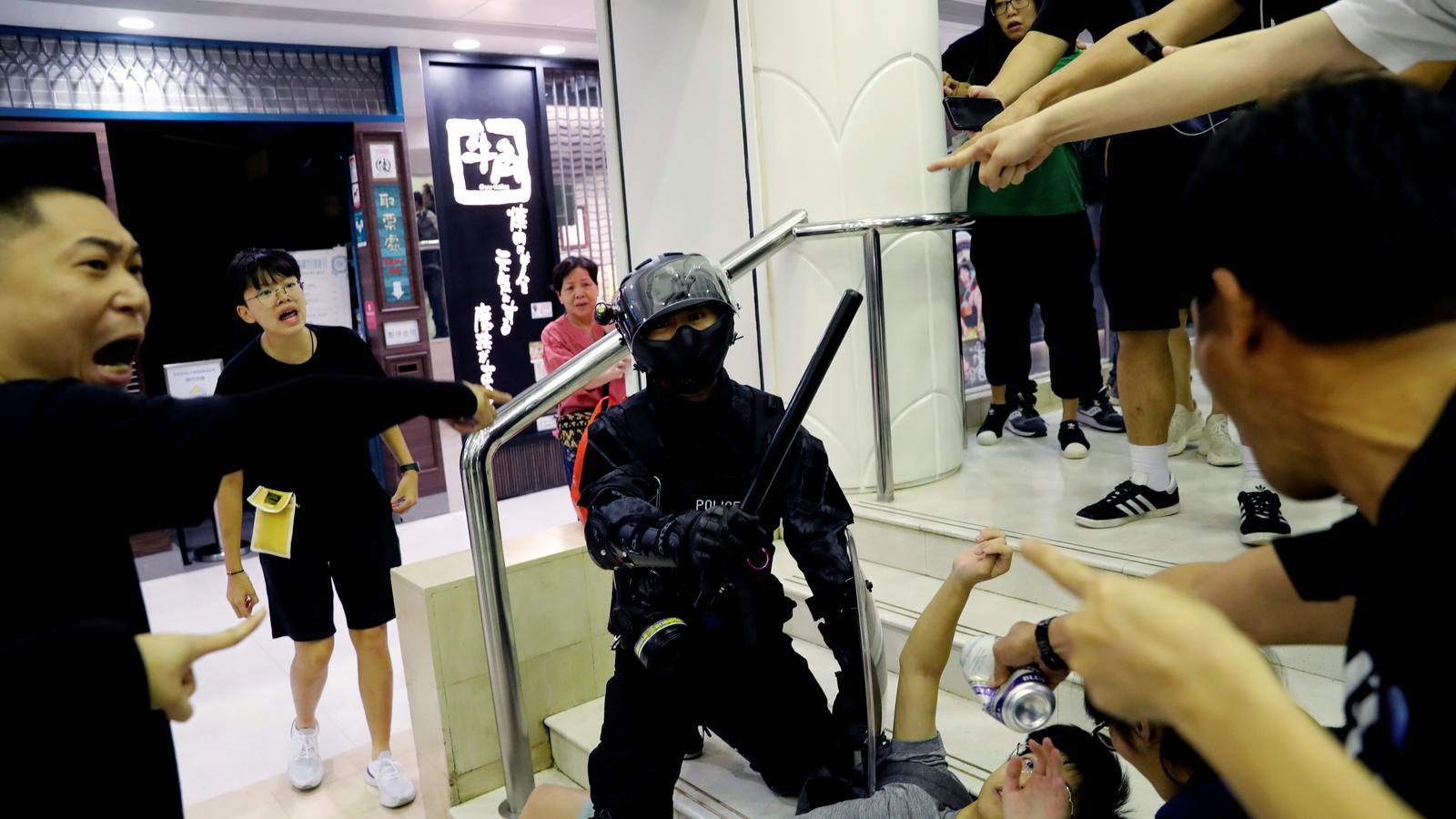 Sis ferits en un atac amb ganivet en una nova jornada de protestes a Hong Kong