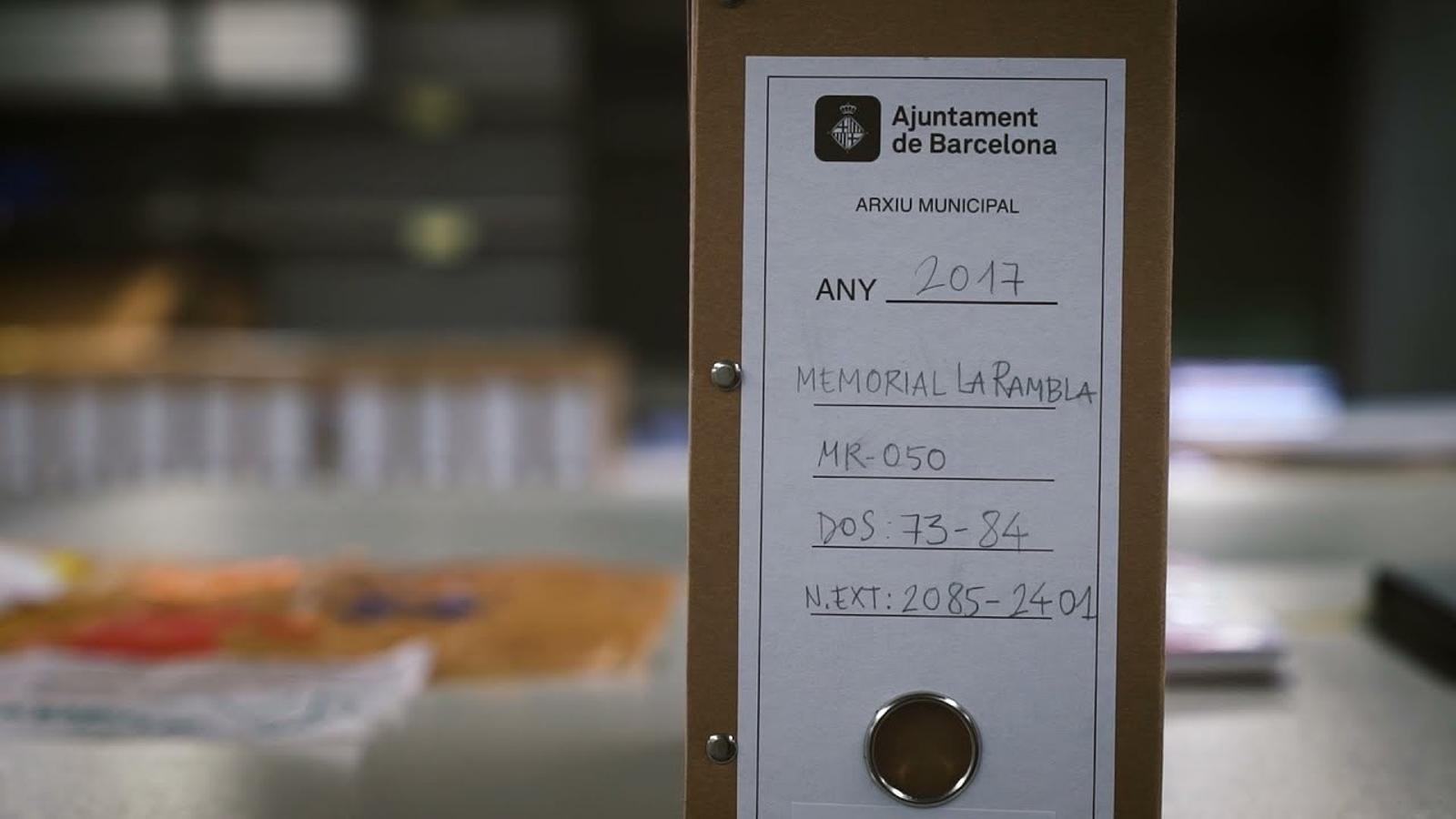 Procés de digitalització dels objectes de condol dipositats pels ciutadans al mosaic de Miró després del 17-A