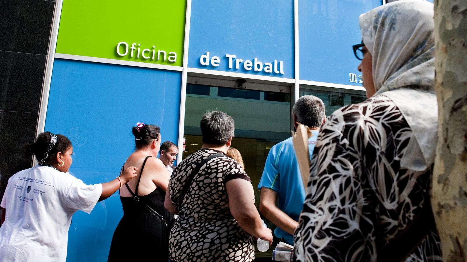 La poblaci estrangera ocupada a catalunya cau un 43 for Oficinas soc barcelona