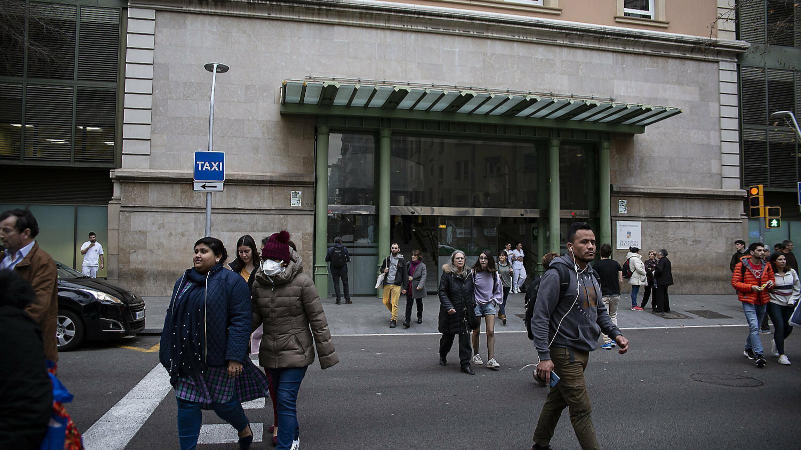 La façana de l'Hospital Clínic de Barcelona quan es van detectar els primers casos de coronavirus a Barcelona / SARA CABARROCAS