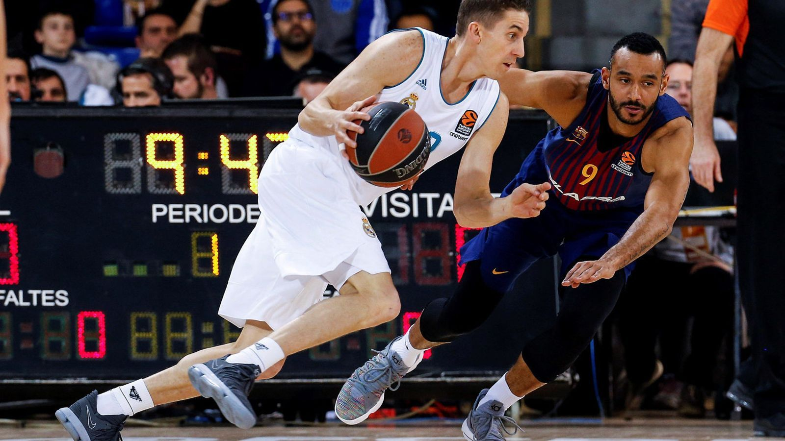 Jaycee Carroll intentant superar Adam Hanga.