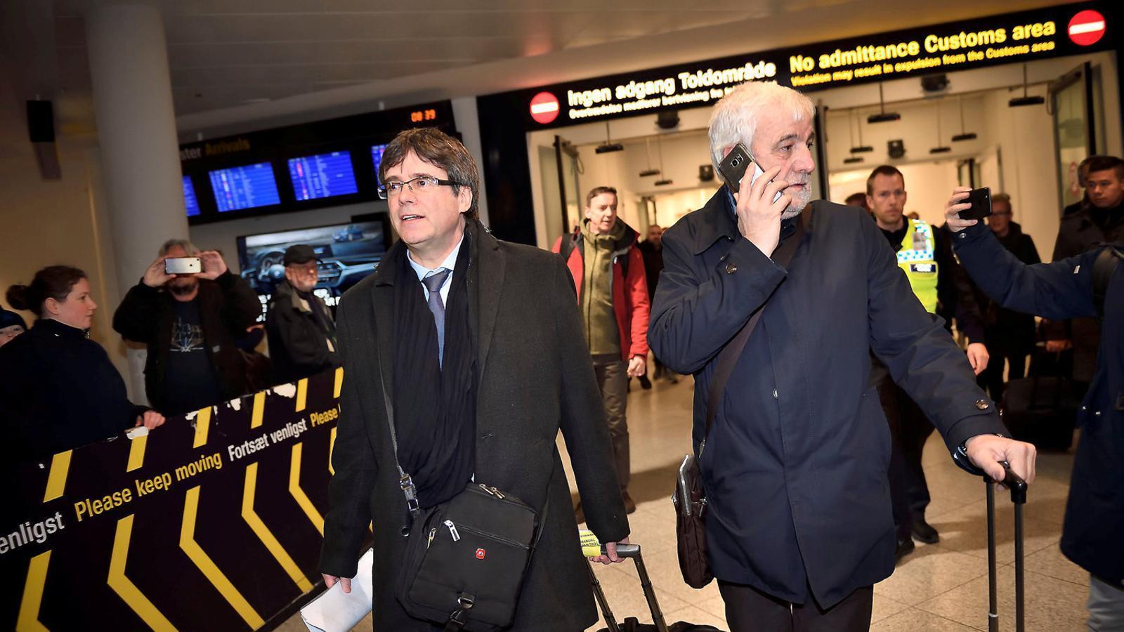 El president de la Generalitat, Carles Puigdemont, el 22 de gener passat a l'aeroport de Copenhaguen (Dinamarca) procedent de Brussel·les.  La fiscalia va demanar reactivar l'euroordre, però el jutge Pablo Llarena va rebutjar-ho / TARIQ MIKKEL KHAN / REUTERS