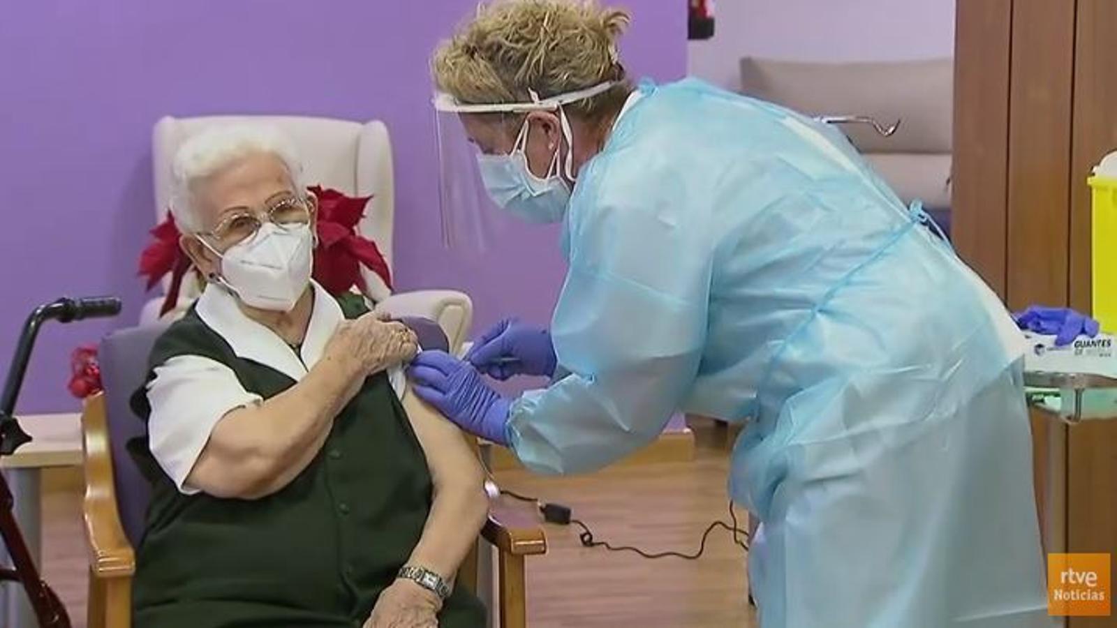 Araceli, de 96 anys, primera persona vacunada contra el covid-19 a l'Estat.