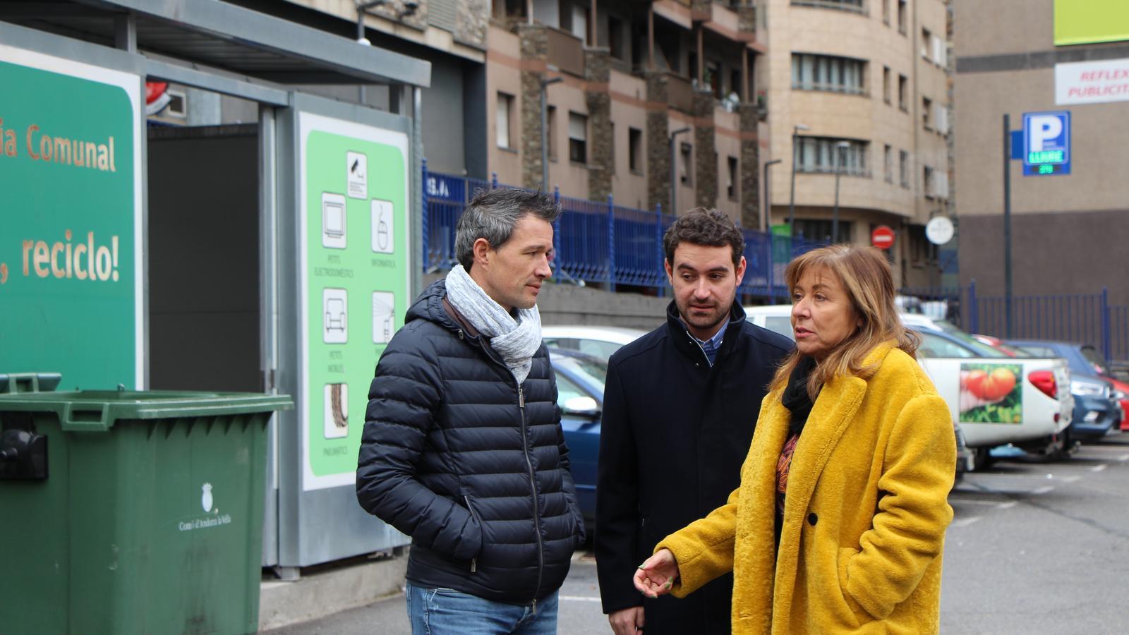 Els candidats a cònsols major i menor d'En Comú per Andorra la Vella, Conxita Marsol i David Astrié , amb el número 11, Adrià Espineta. / M. F.