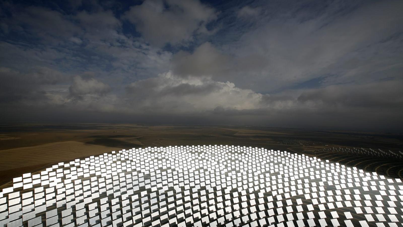 La decisió del Tribunal Suprem sobre la retallada a les energies renovables -a la imatges, planta solar prop de Sevilla, en una imatge de 2009- no afecta el que pugui decidir finalment l'organisme d'arbitratge del Banc Mundial.