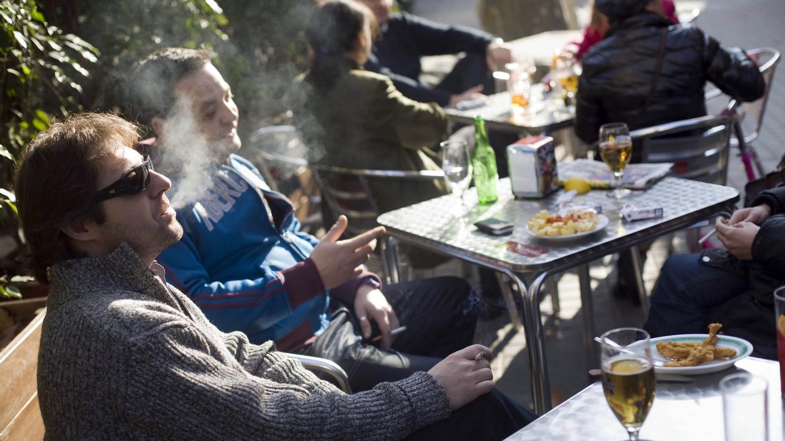 Fumadors a l'exterior d'un bar del centre de Barcelona