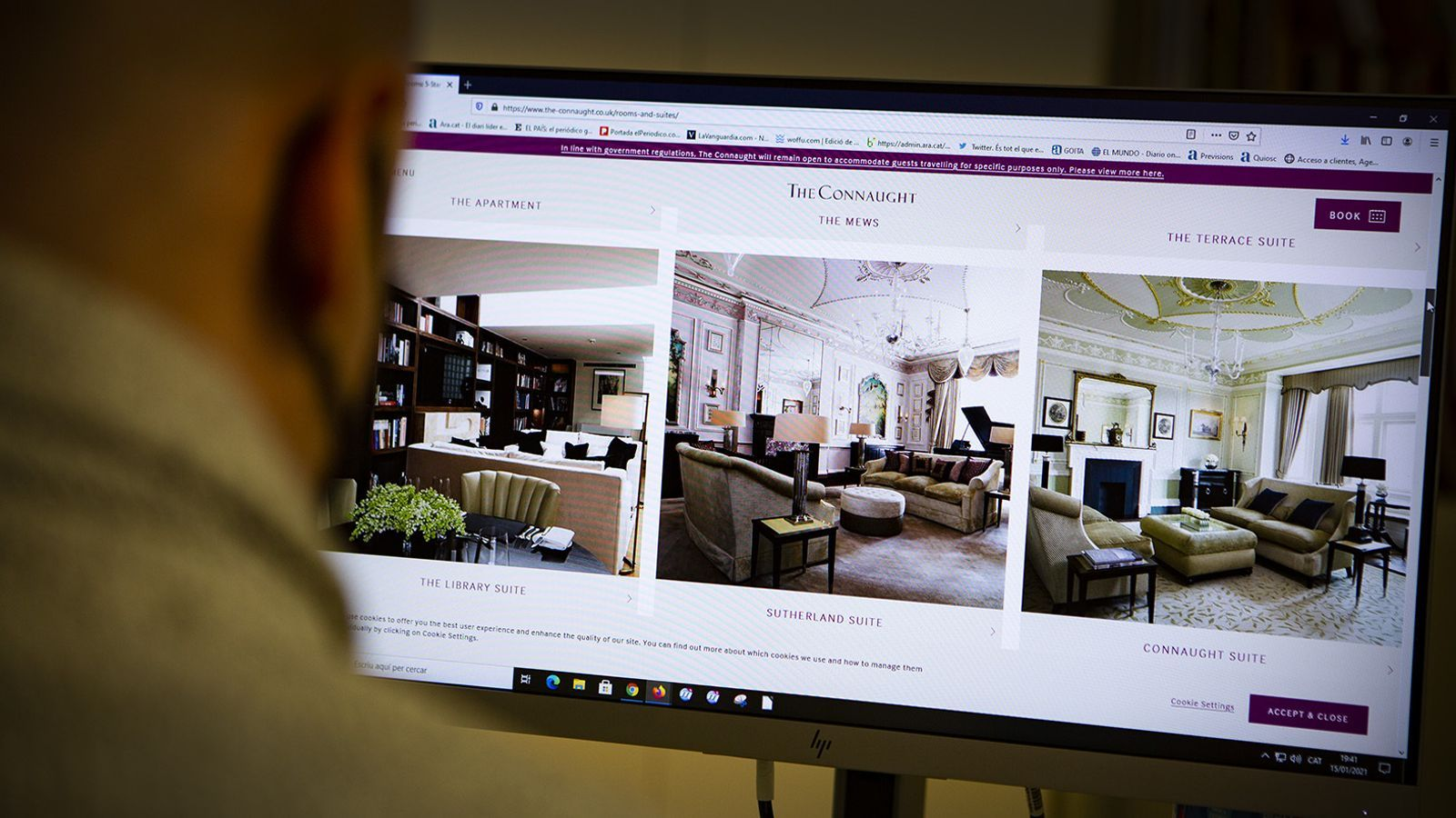 Un internauta mirant la web de l'Hotel 'The Connaught'