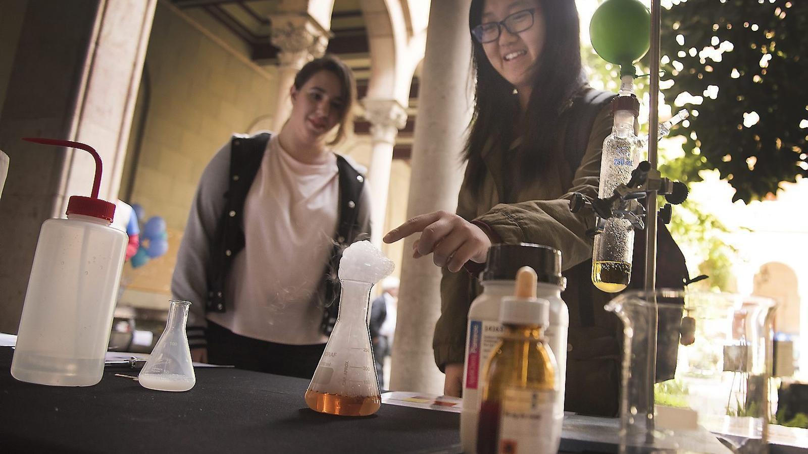 Taller de química a la II Festa de la Ciència de la Universitat de Barcelona.