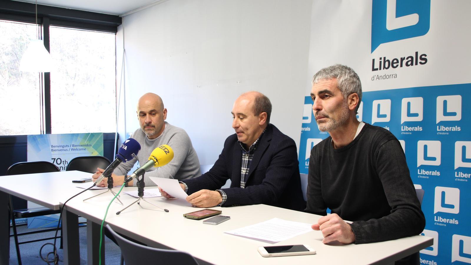 El secretari i el president del comitè liberal d'Escaldes, Higini Martínez-Illescas i Alfons Clavera, i el conseller comunal d'LdA + I al comú d'Escaldes-Engordany, Marc Magallón, durant la roda de premsa. / M. F.