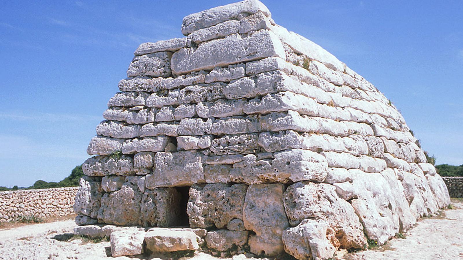 El monument prehistòric més antic de Menorca apareix ple de pintades
