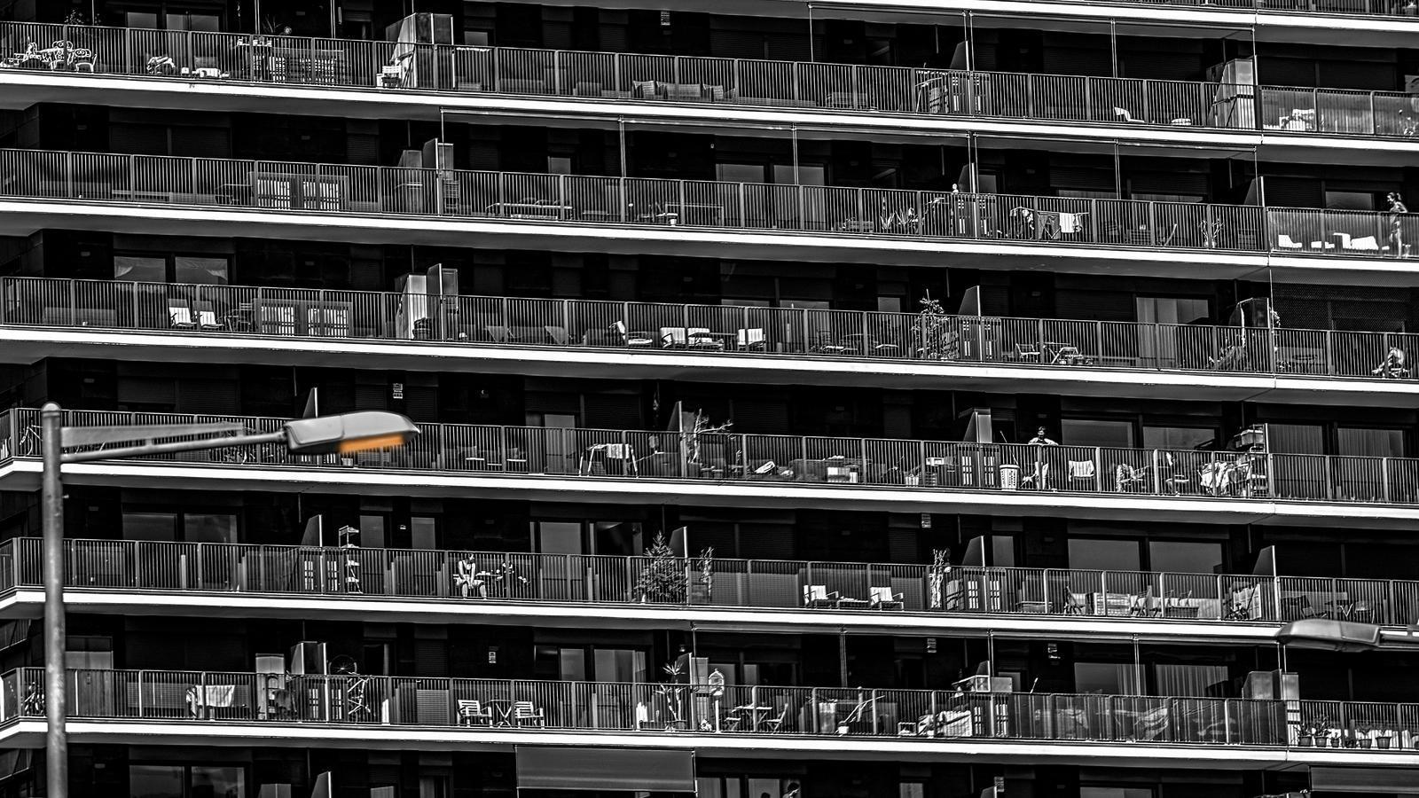Gent als balcons, un matí de confinament