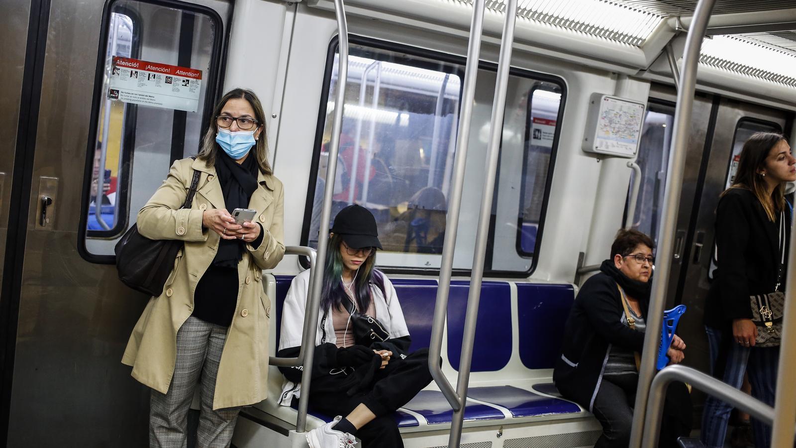 Una dona amb mascareta al metro de Barcelona