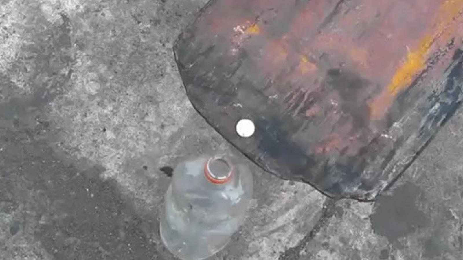 Com es posa una moneda dins d'una ampolla amb un toro mecànic?