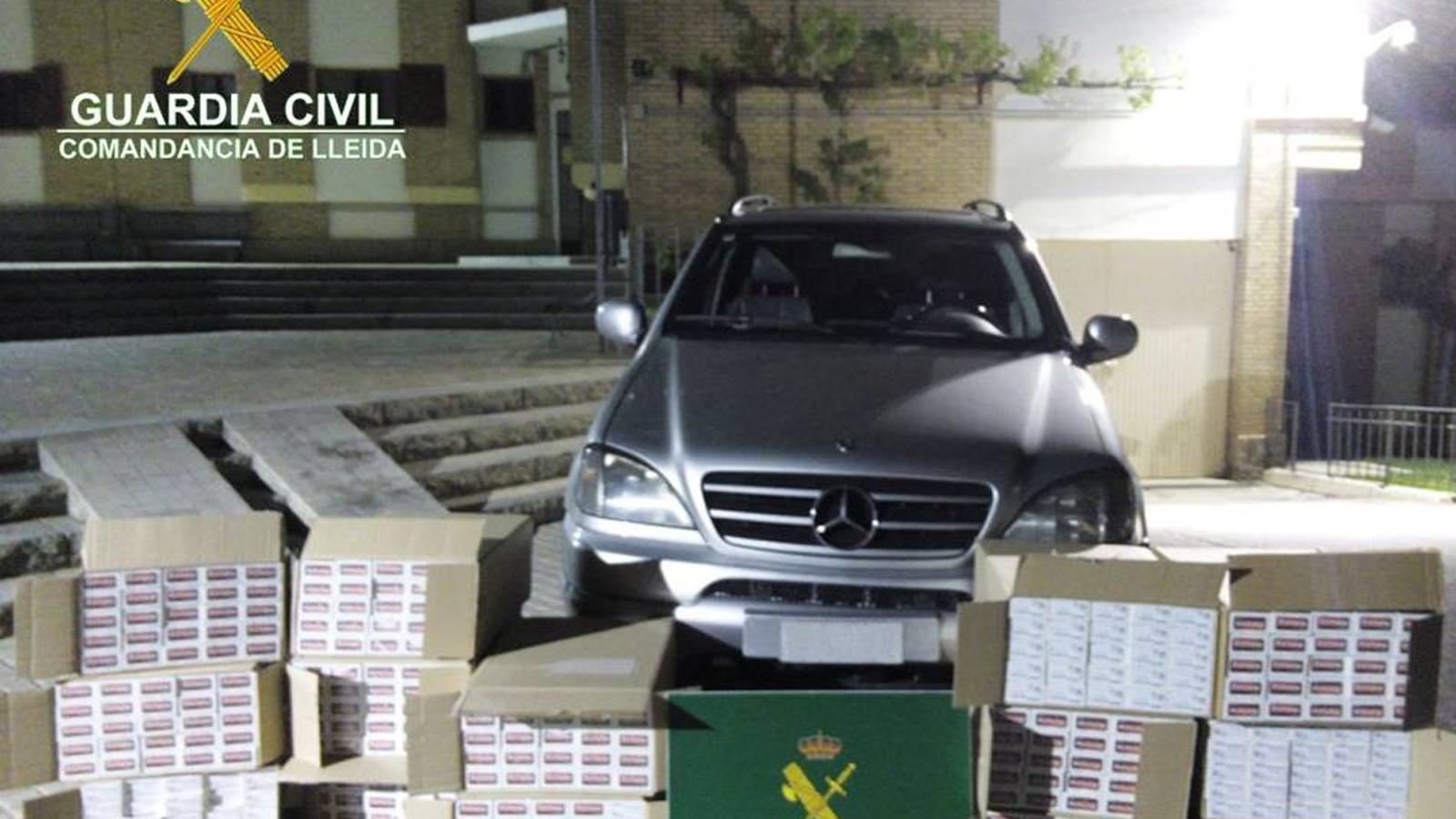 Una imatge del vehicle controlat i el tabac comissat