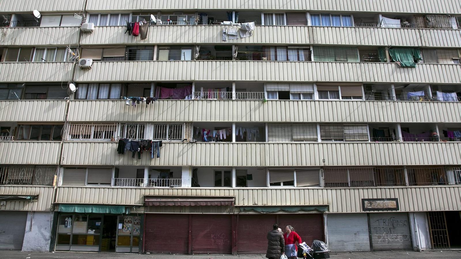 La vigilància d'edificis públics  a la Mina, en mans de clans locals