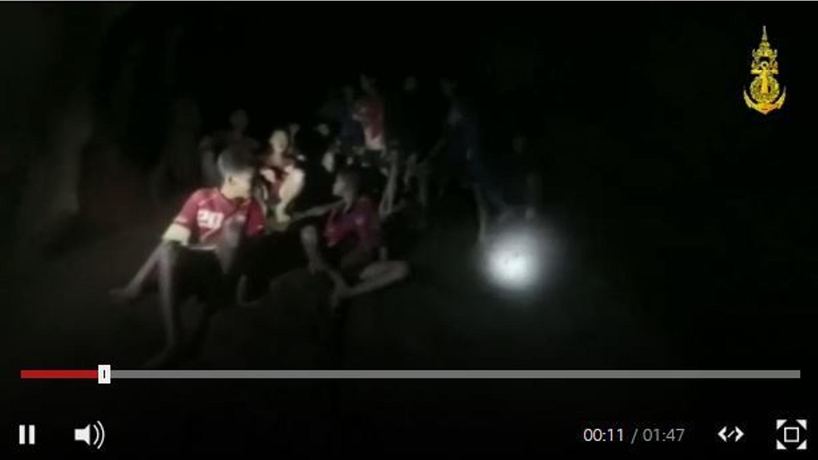 Moment en què dos bussejadors britànics troben els 12 nens tailandesos i el seu entrenador atrapats en una cova a Tailàndia.