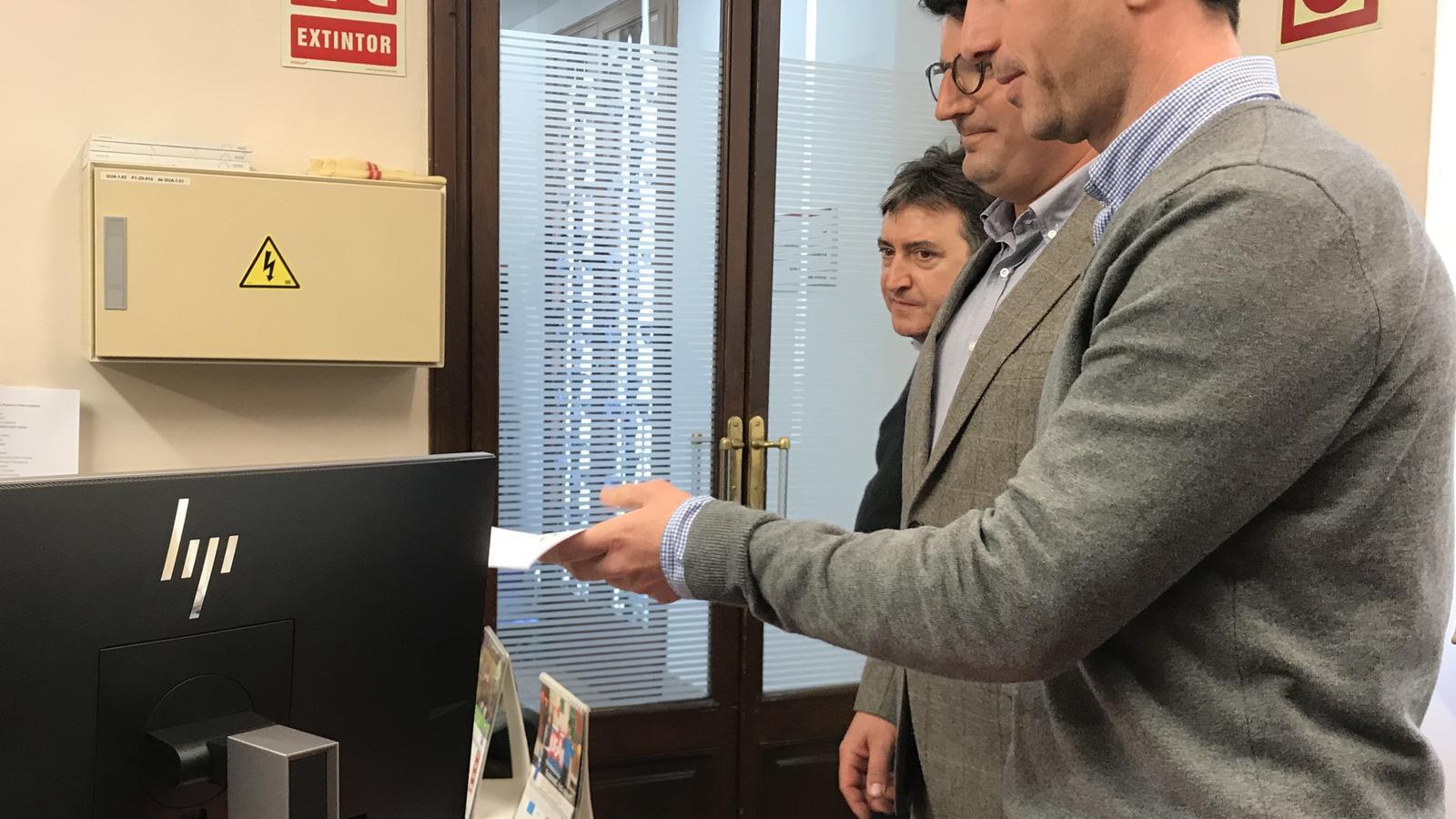Els membres del PP i Vox en el moment registren la petició de ple extraordinari al Consell de Mallorca