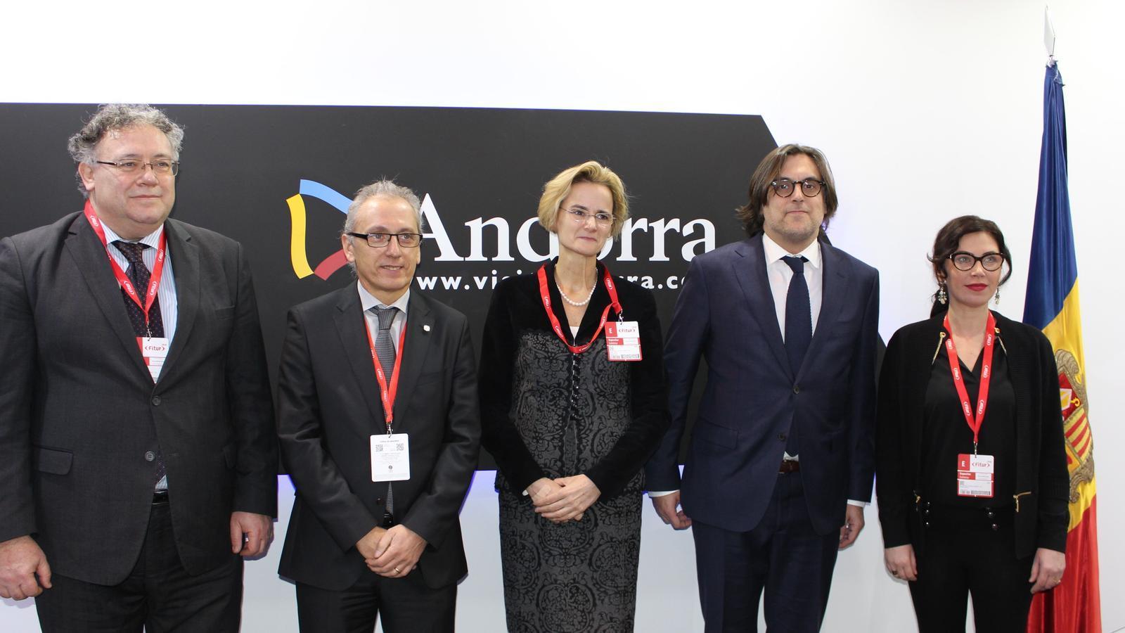 El ministre de Turisme, Francesc Camp (segon per l'esquerra), amb la delegació hongaresa a Fitur. / SFGA