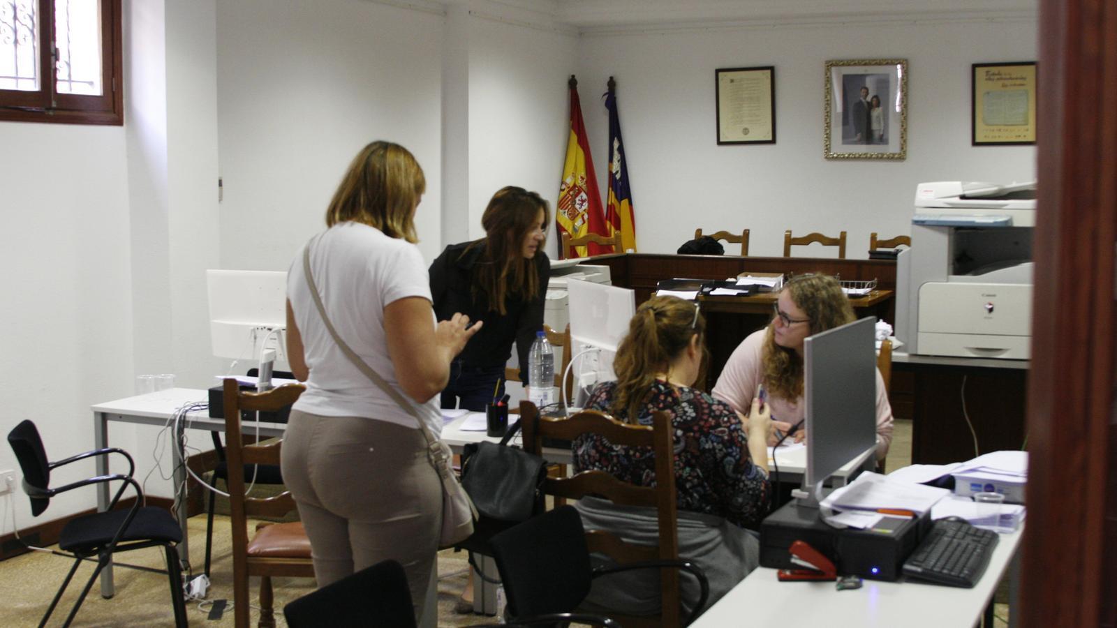 La sala de plens de l'Ajuntament s'ha habilitat com a punt d'atenció als damnificats.