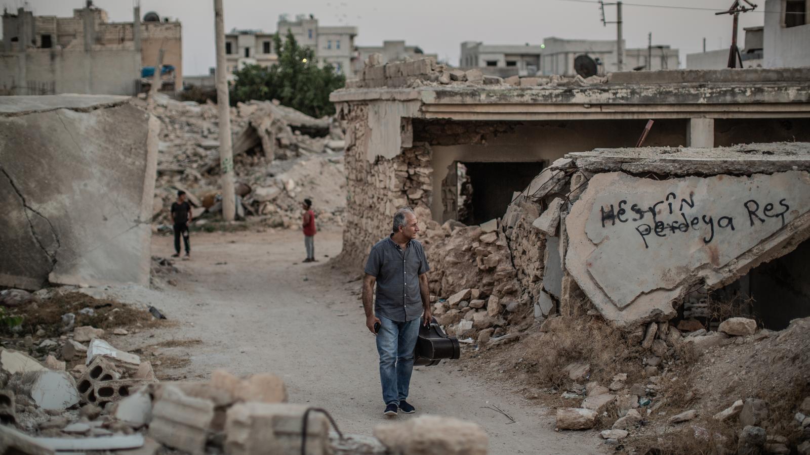 El Gani recorrent els carrers destrossats de Kobane