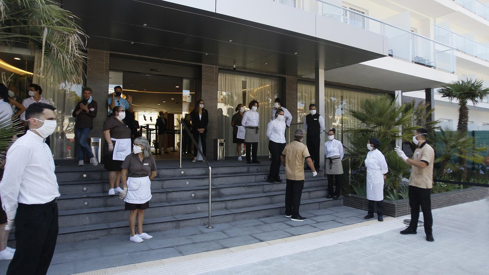 Els treballadors de l'hotel Riu Concòrdia de l'Arenal, preparats per rebre els primers turistes postconfinament.