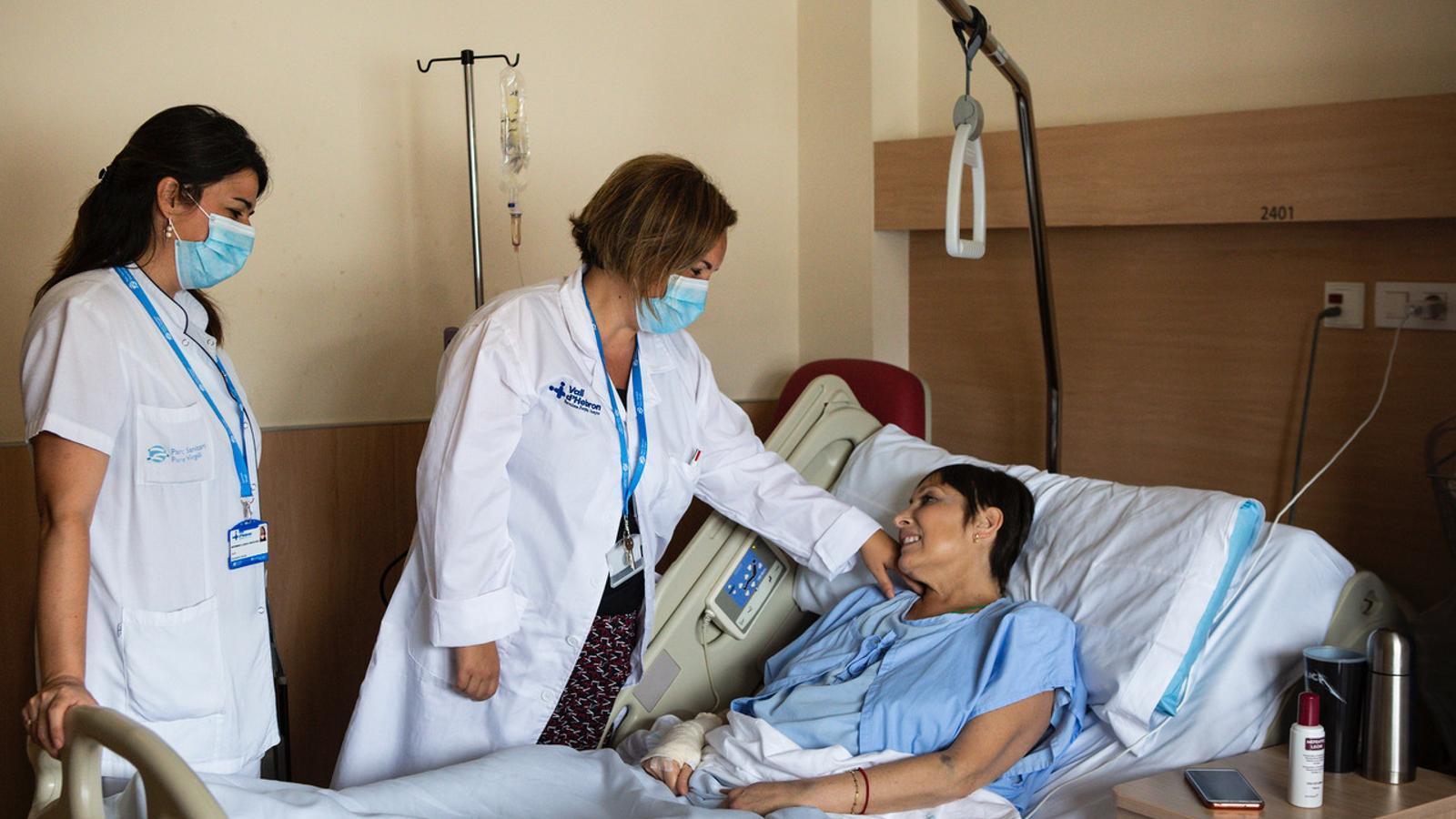 Al centre la doctora Patricia Gómez, coordinadora de la unitat, parlant amb una pacient